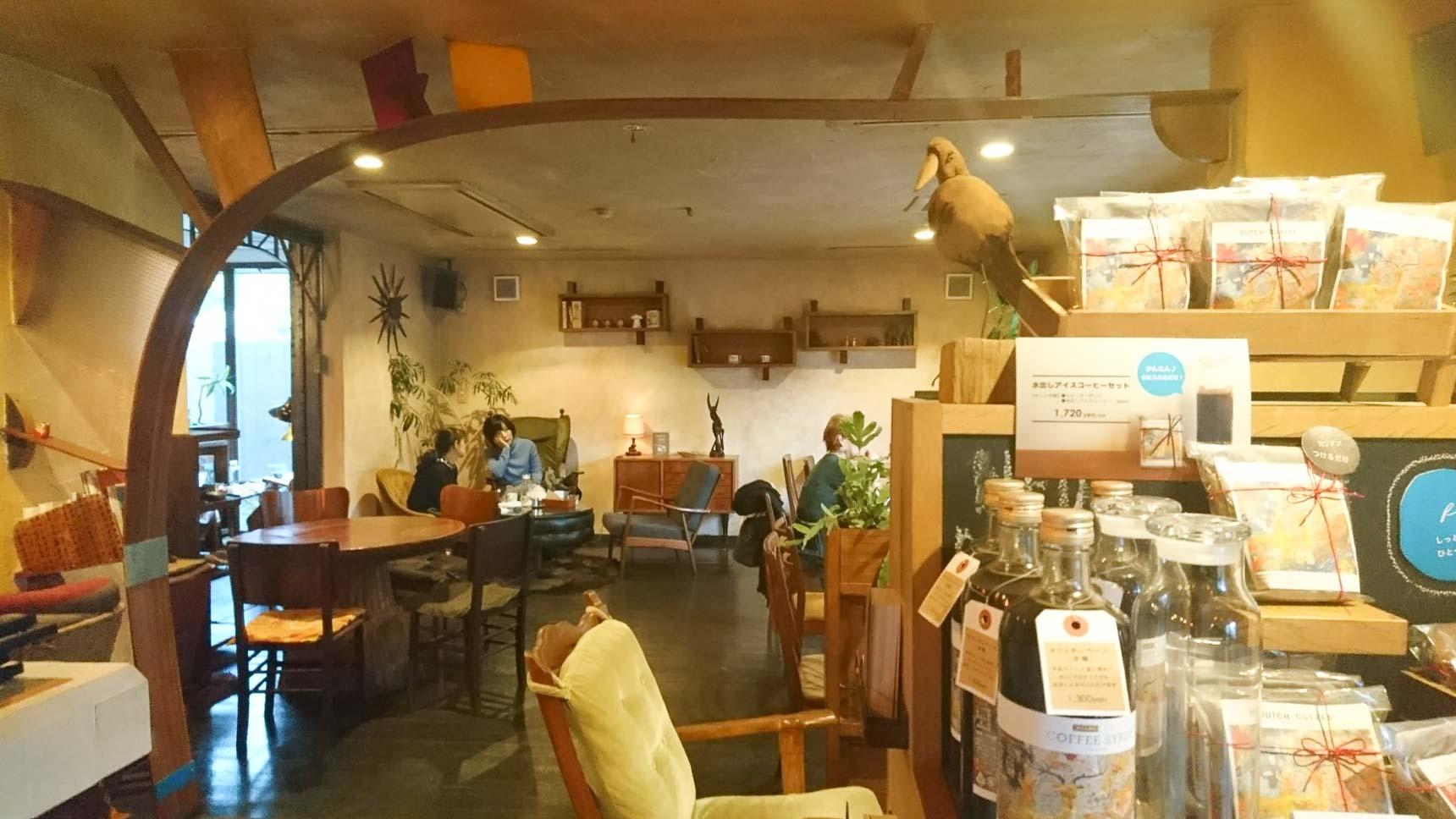 店内にはゆったりと家具が配置されています。