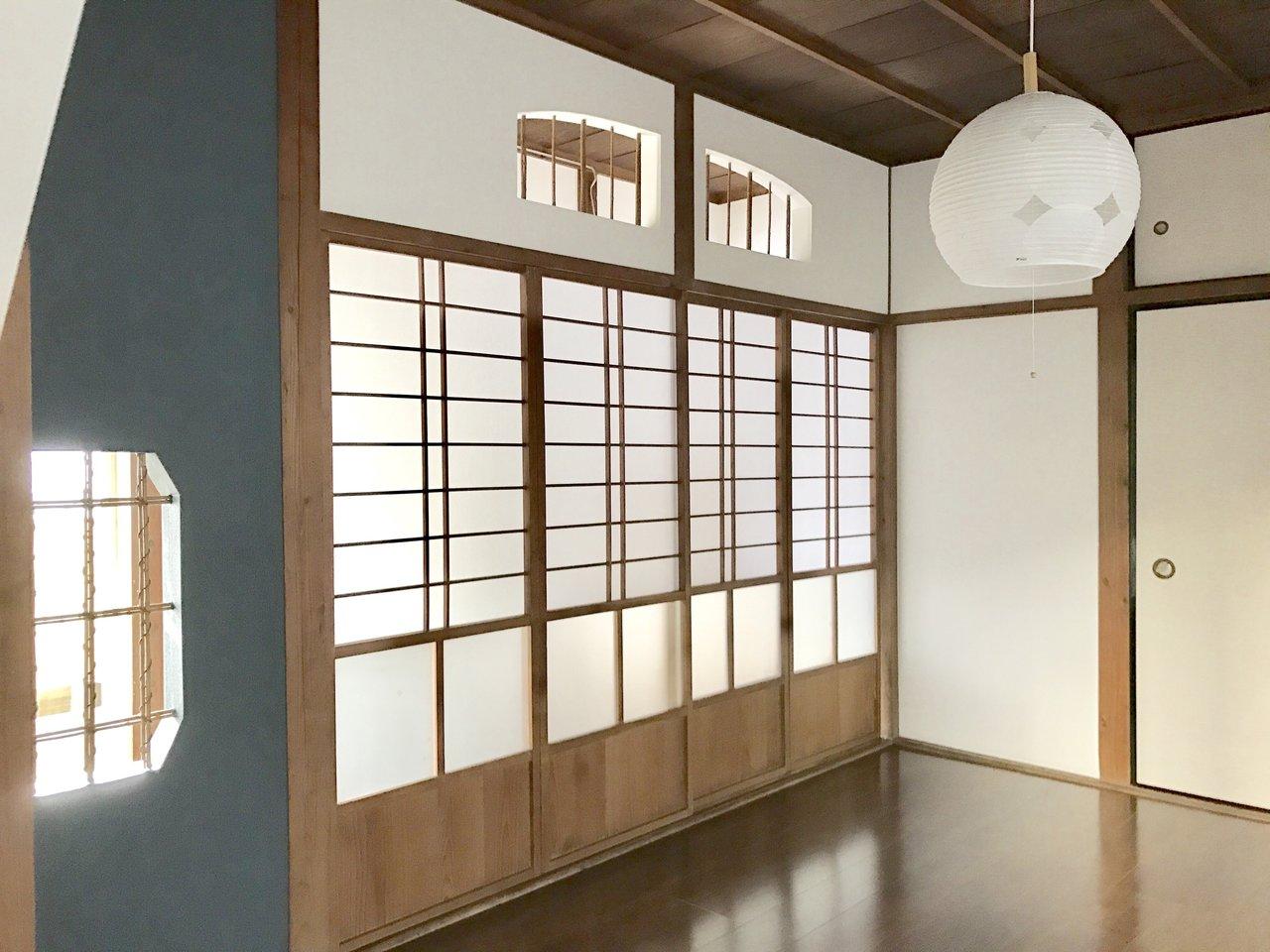 2階建てのお部屋がいくつか連なる長屋のような木造アパートです。ほっこり和の雰囲気が嬉しい。