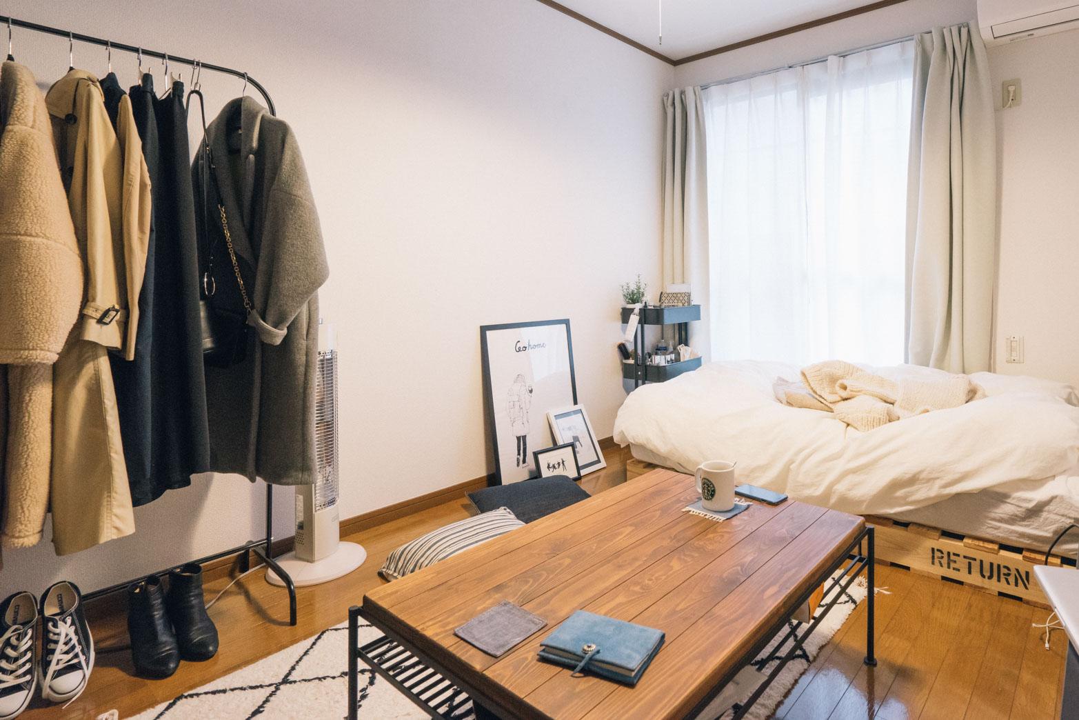 窓側にぴったりベッドを寄せて、空間を広くとった配置のお部屋。