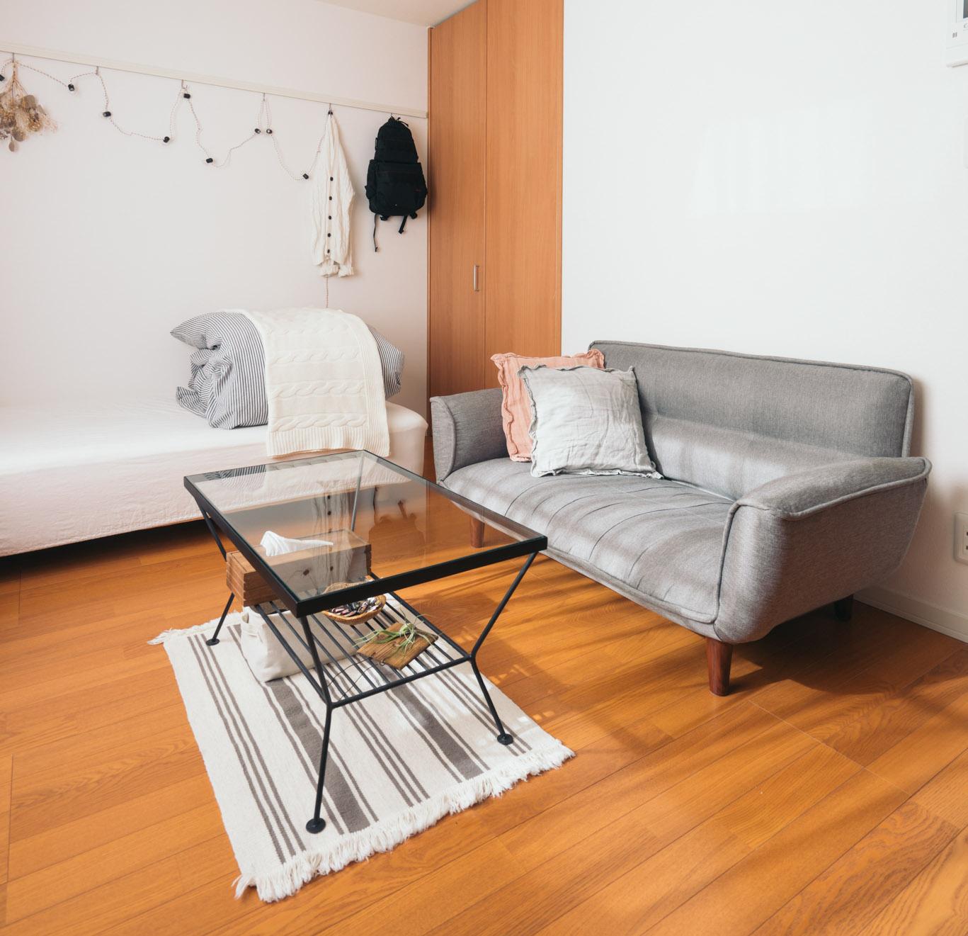 ベッドとソファは足つきのもの、テーブルはガラストップのものを選んでいるので、床が見えて空間を広く感じます(このお部屋を見る)