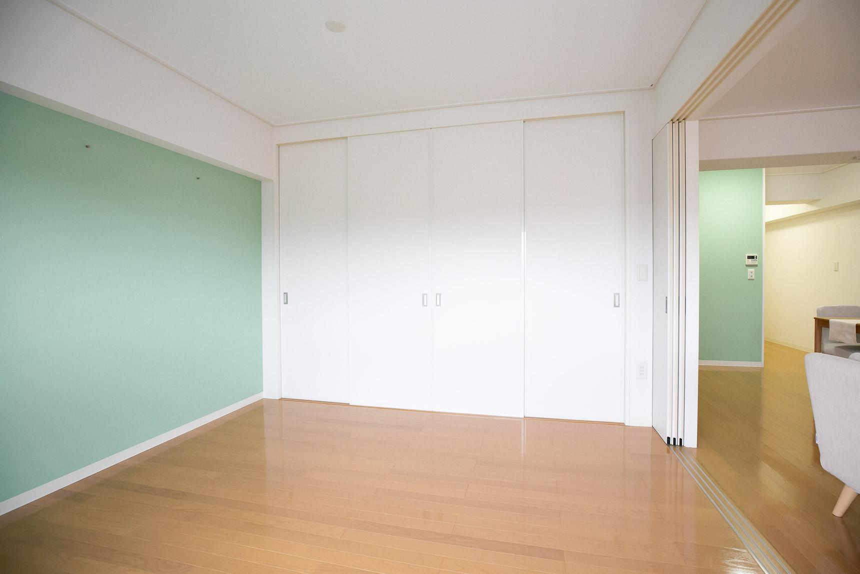 洋室側の壁一面には、横に長いクローゼットタイプの収納を用意。こちらも引き戸タイプなので空間が広く使えることもポイント。