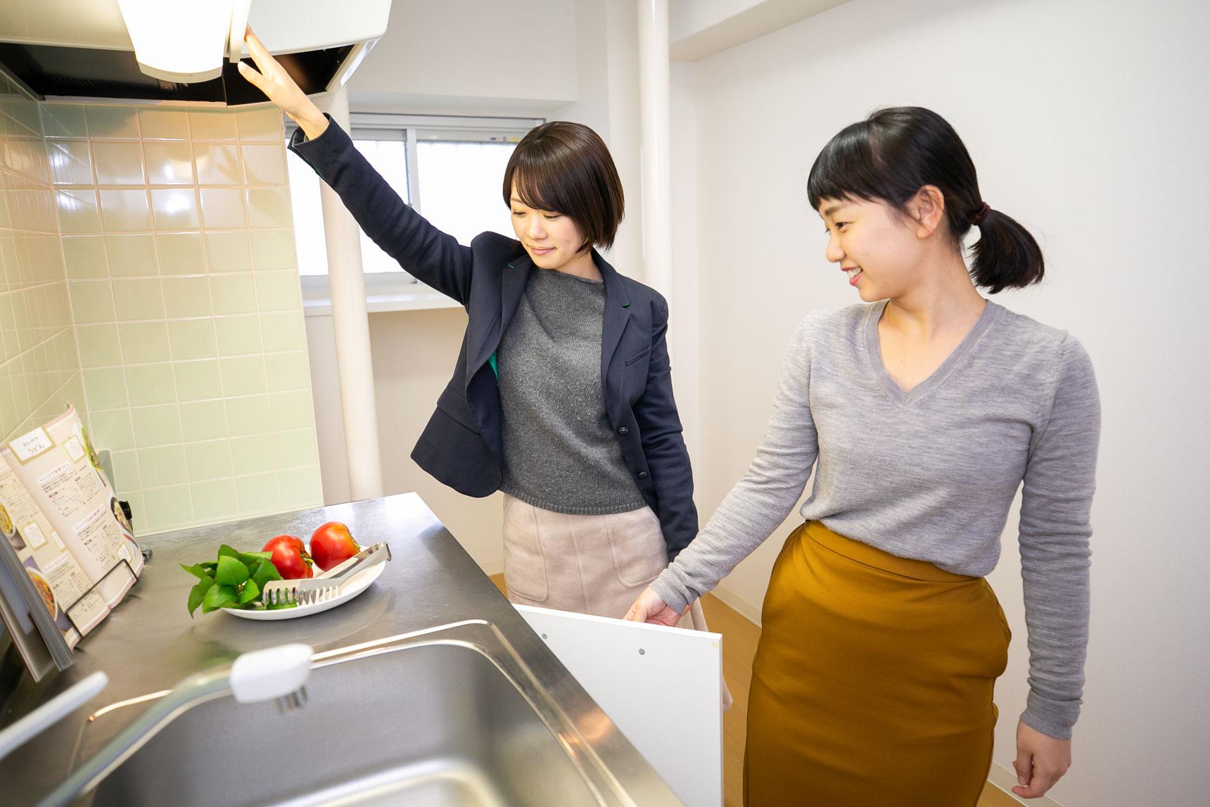収納をチェックするお二人。個人的にも、女性にとって特に気になるキッチン、洗面所周りの設備が十分使いやすく工夫されているのが良いなと思いました。