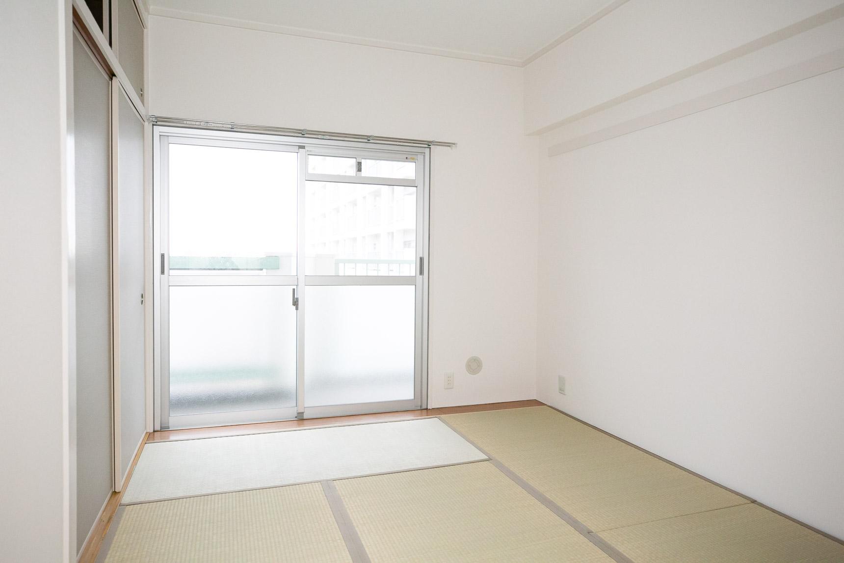 先ほどのお部屋の広々のリビングも良かったですが、こちらの6畳の和室も明るく、なんとも落ち着く空間でした。ここにコタツを置いてまったりするのも良さそうだな。