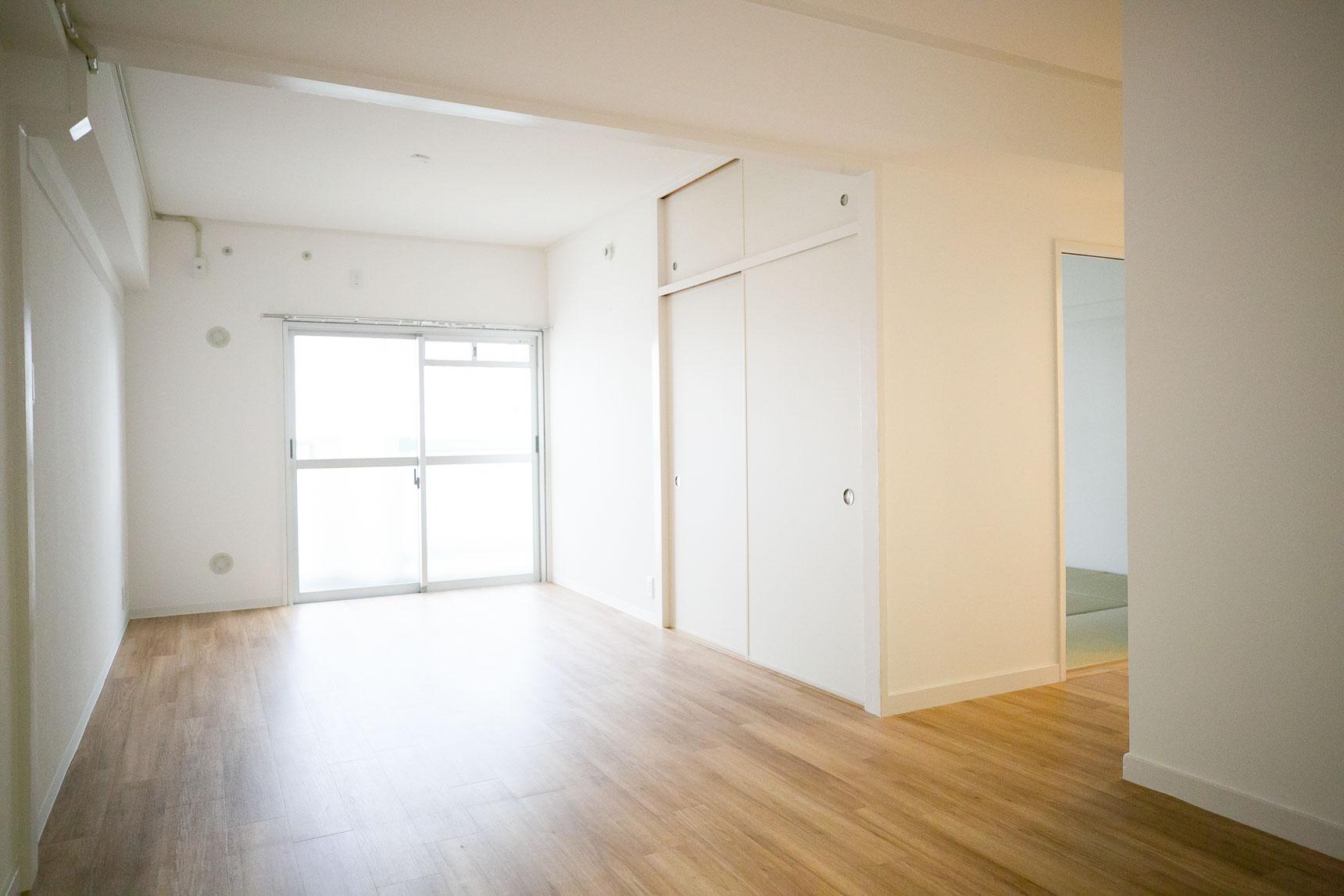 こちらは、同じく3DKのお部屋を2LDKに、和室や大きな収納はそのまま生かしたプランのお部屋です。お部屋の床も全面張り替えされていて気持ち良いです。