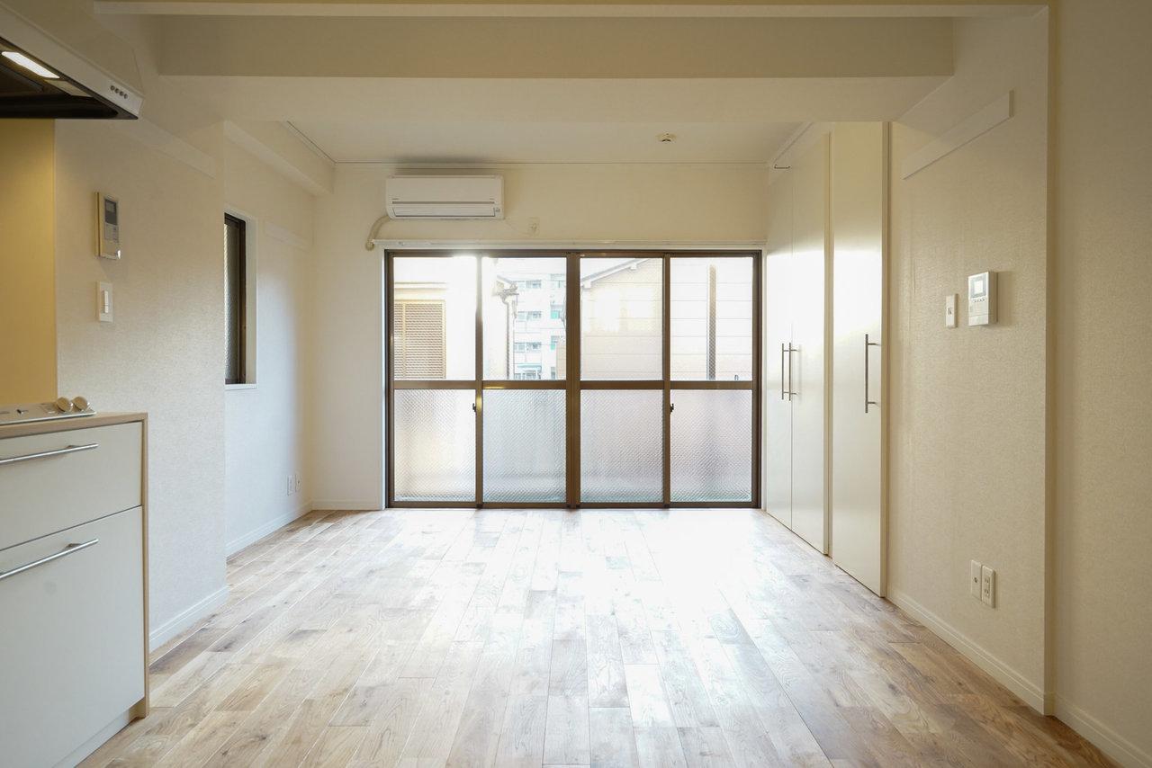 東京スカイツリーのお膝元、押上の、goodroomオリジナル無垢床リノベのワンルームです。窓が大きくて明るい。