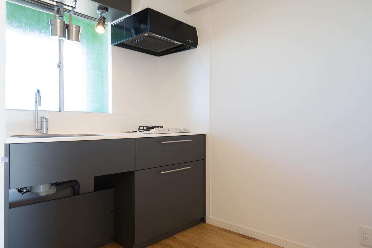 キッチンがブラックでかっこいい。居室としっかり別れて4畳と広いスペースが取られていて窓もあるので、ひとりならここに小さなダイニングテーブルを置いても良さそう。
