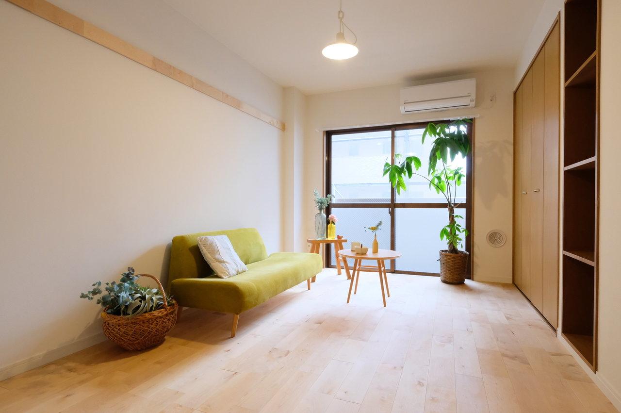 ダイニングスペースと、ベッドルームの分かれた1DKのお部屋は、家具の配置に困らずきっちりメリハリを持って使えます。こちら収納もたっぷりの7畳のベッドルーム。