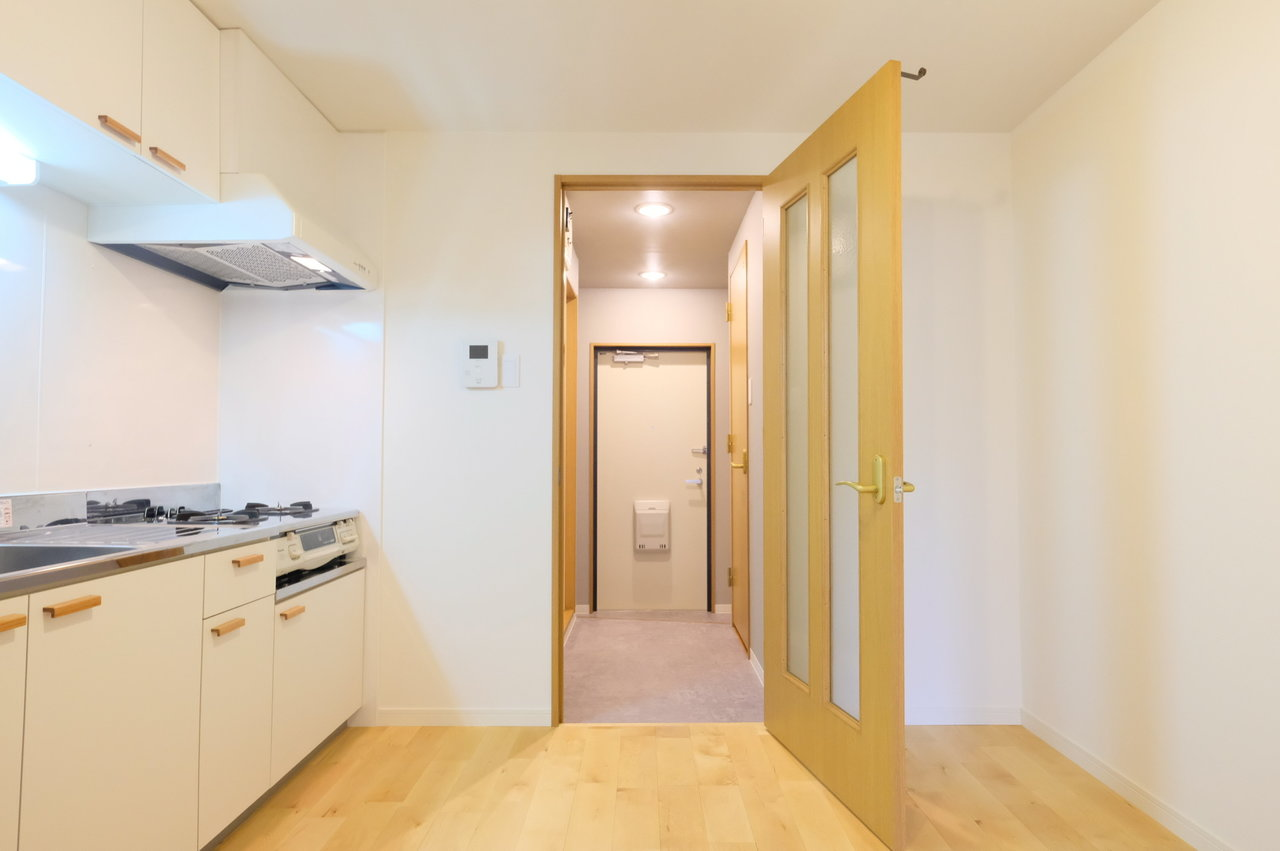 そしてこちらが5.7畳のダイニング・キッチン。 大きめのキッチンワゴンを置いて作業スペース兼カウンターテーブルにしたりするのもいいです。