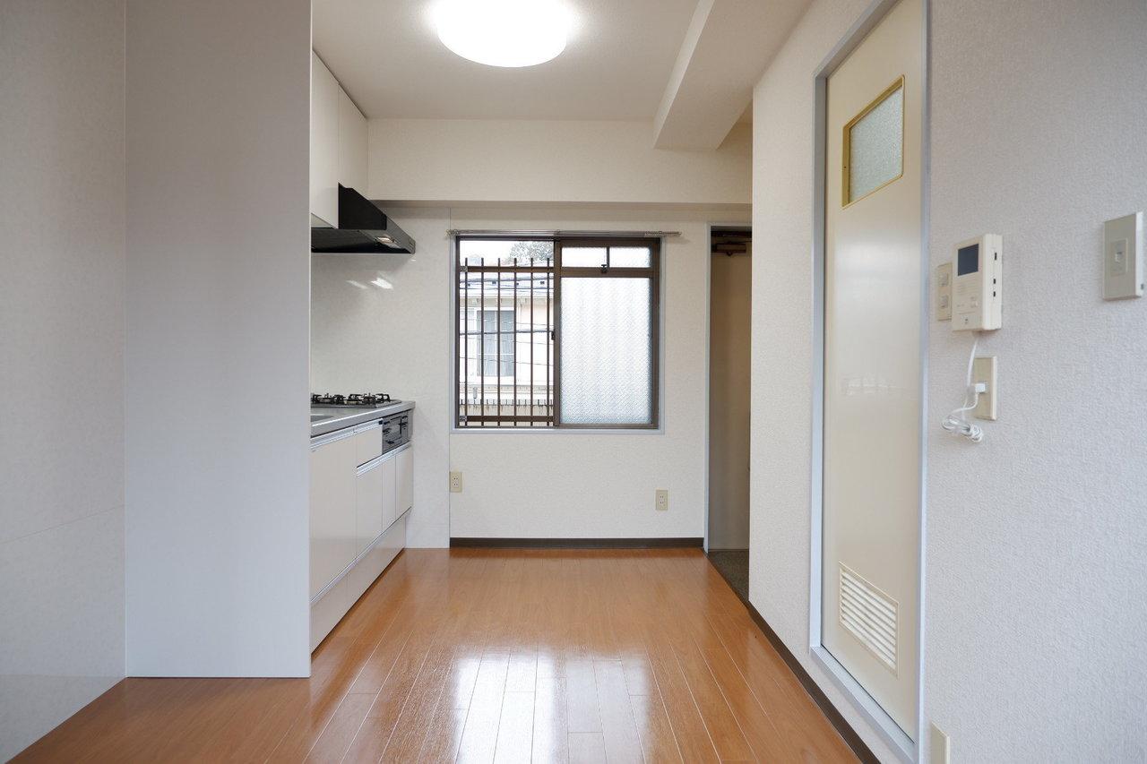 DKも居室部分も、バルコニーに面している、ちょっとお得で変わったお部屋。内装はシンプルですが、この間取り、両方の部屋が広くてちょっとずるいです。