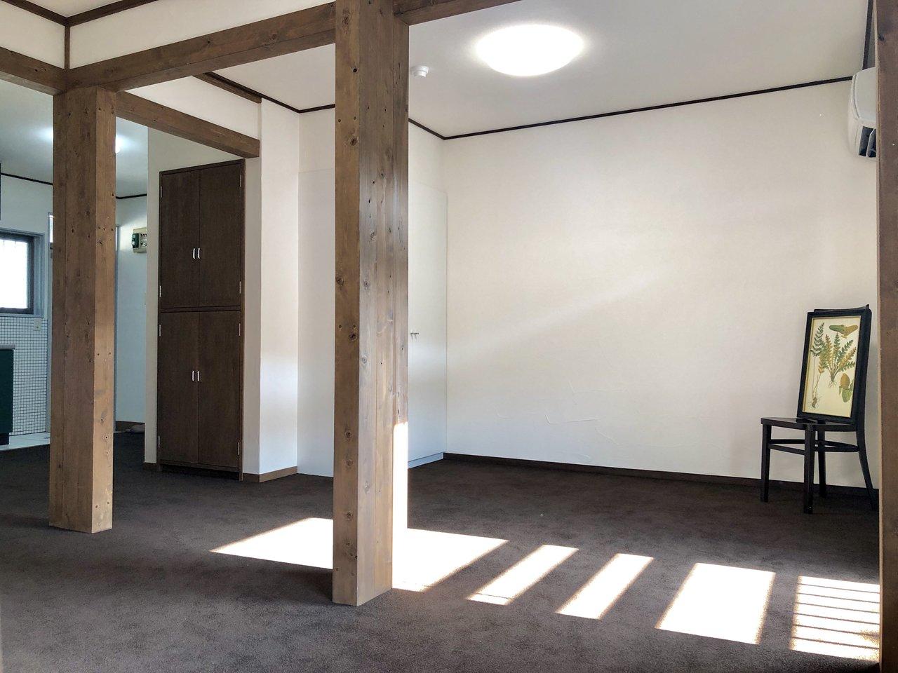 茶色のカーペットはふかふかで清潔感もあるし、建具やブラインドも木目の茶色で、これはこれで落ち着く気がします。