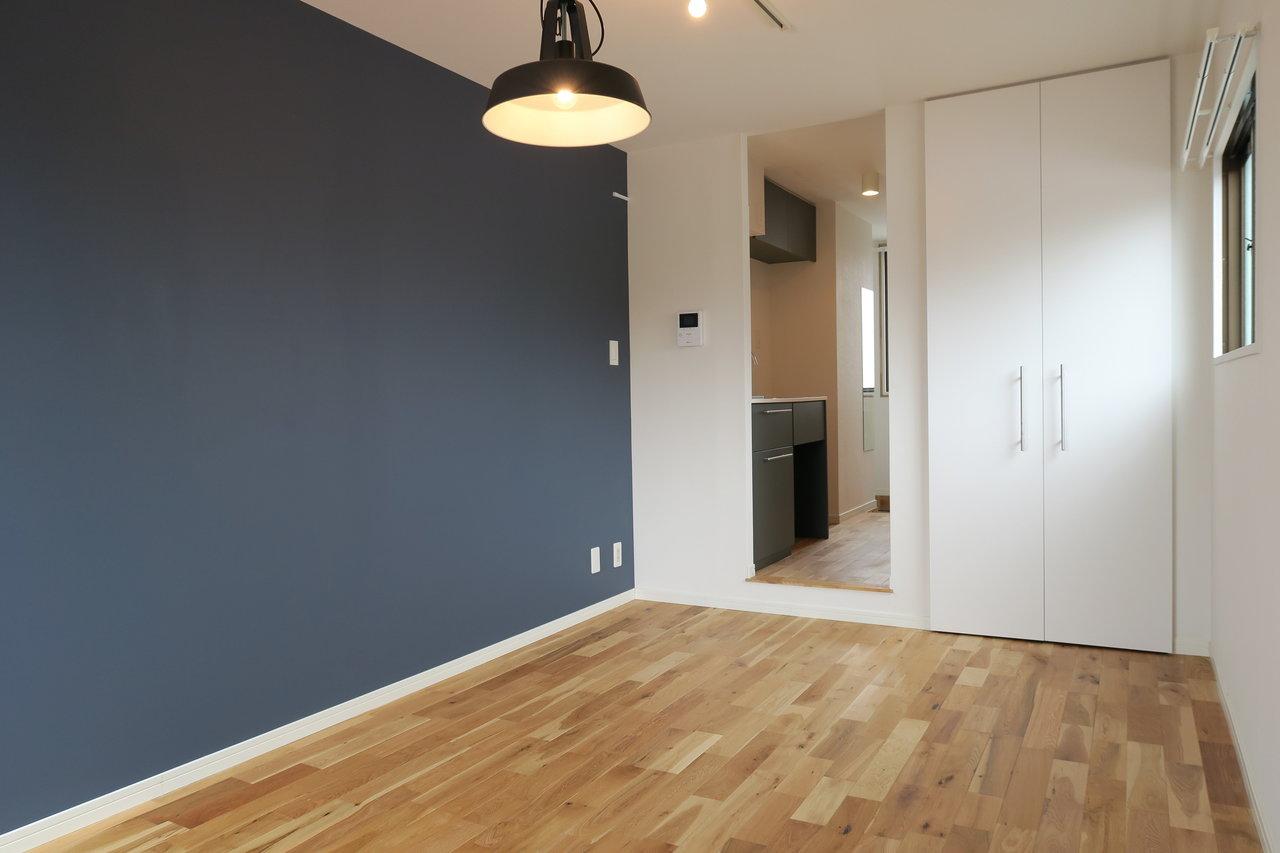 少しダークな色を選ぶと、ググッと大人っぽいお部屋にすることもできますよ(イメージ)