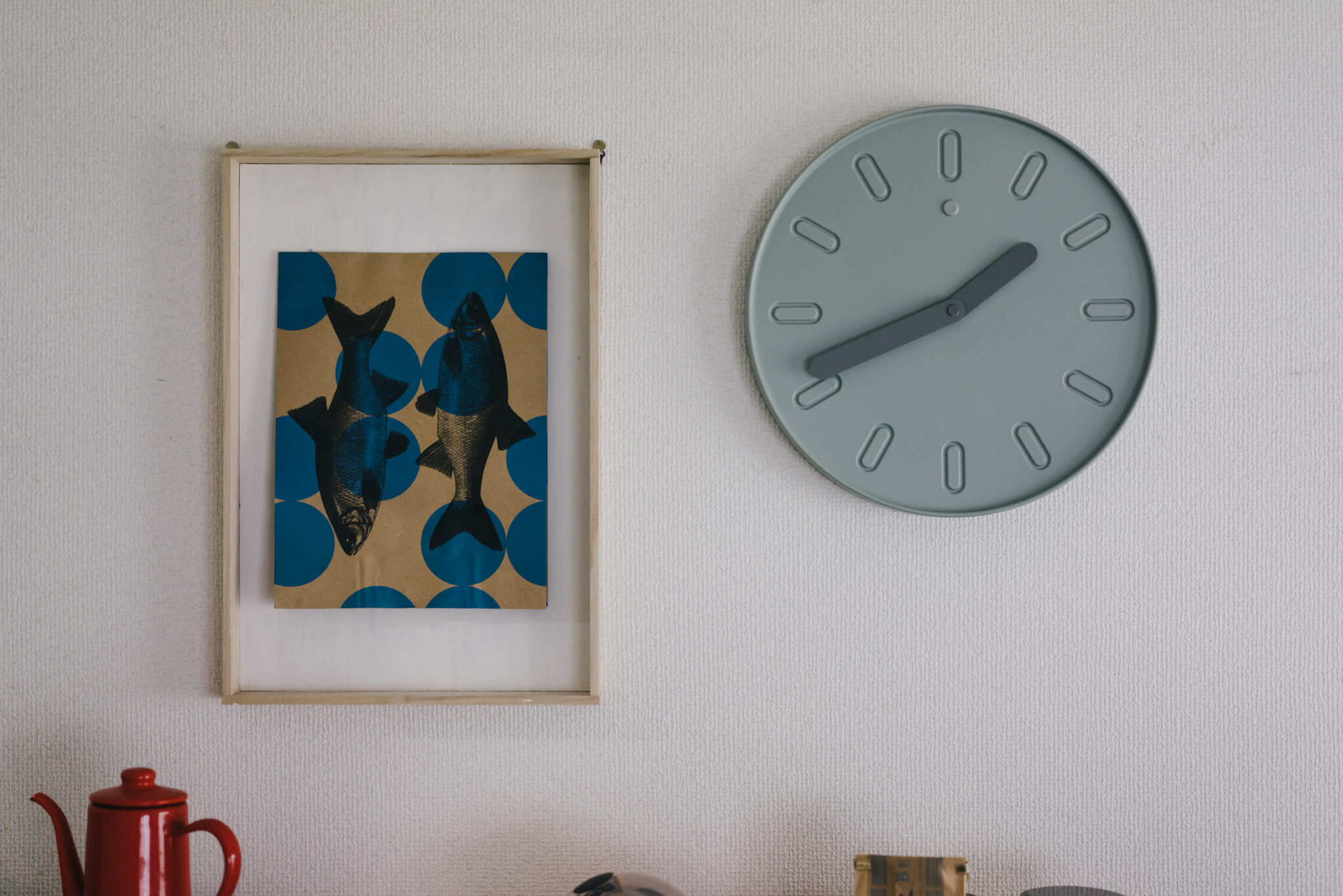 魚のイラストのアートが飾られている額は、ホームセンターで買ってきた木材を組み合わせただけ。そうか、額って、作ればよかったのか……!