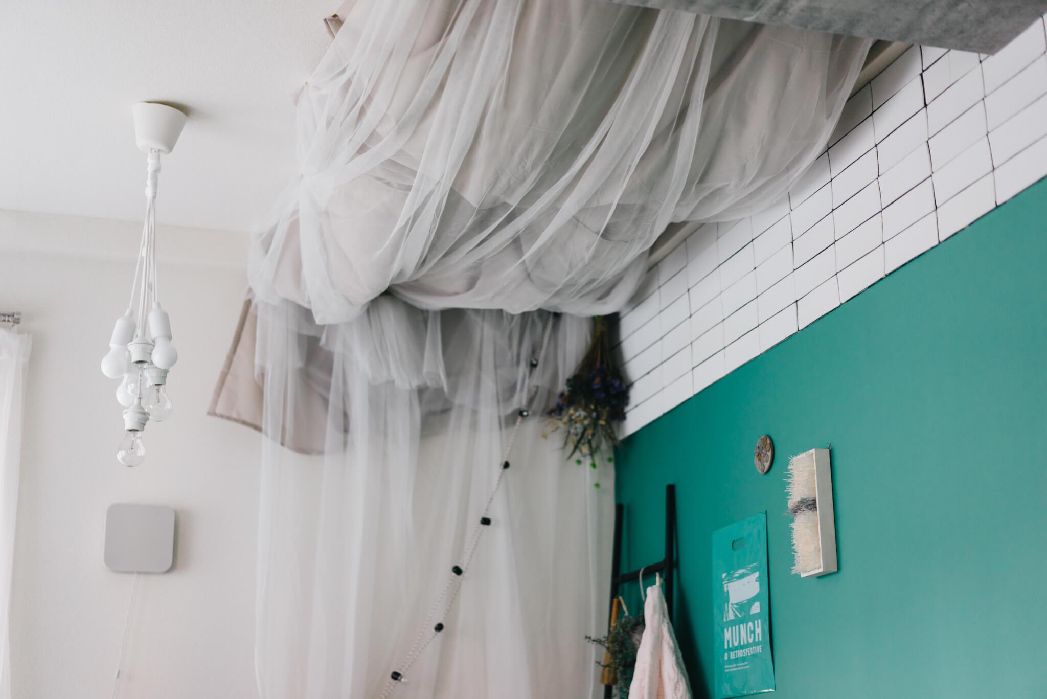 ioさんのお部屋で、もっとも目を引くのが、この天井にピンでつけられた布。ドレープたっぷりで、なんともアーチスティックな雰囲気になっています。これは思いつかなかったな。
