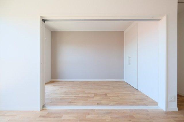 南側のお部屋は引き戸で仕切られているので、二人暮しなら開け放って広ーいリビングとして使ってもいいかも。