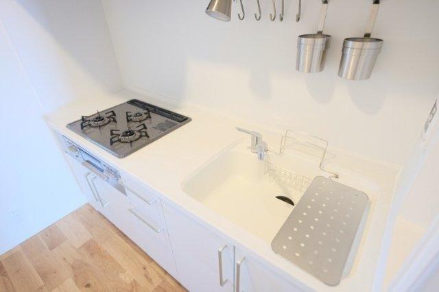 この真っ白で使いやすいキッチン、人気なんですよ※画像は同間取り、同仕様の別部屋