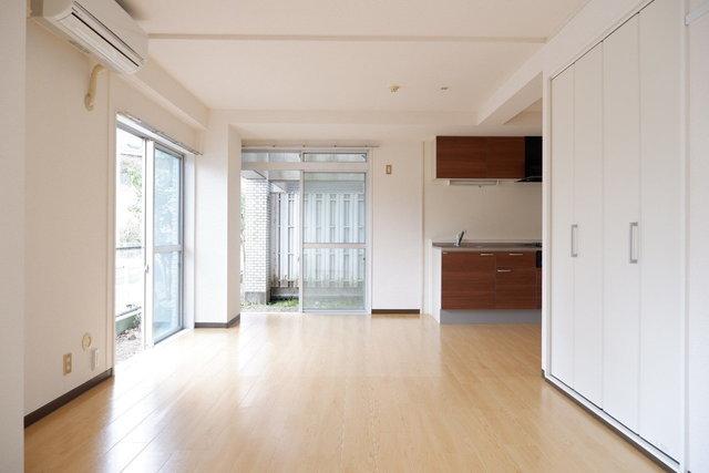 窓が多くて明るい。キッチンもデザイン性が高いですね。