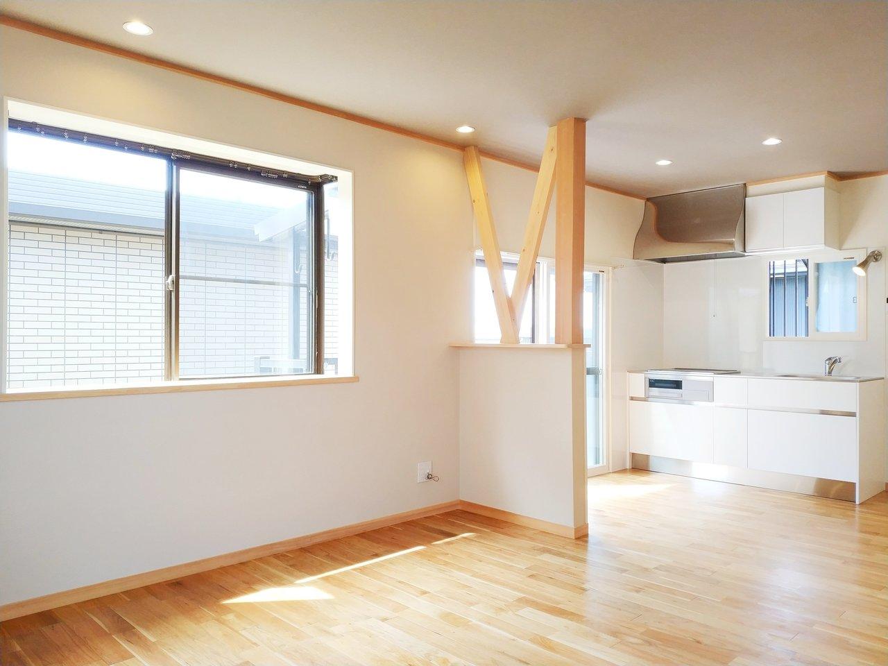 なんと3面採光。明るい無垢床のLDKは15畳超え。かなり雰囲気いいです。