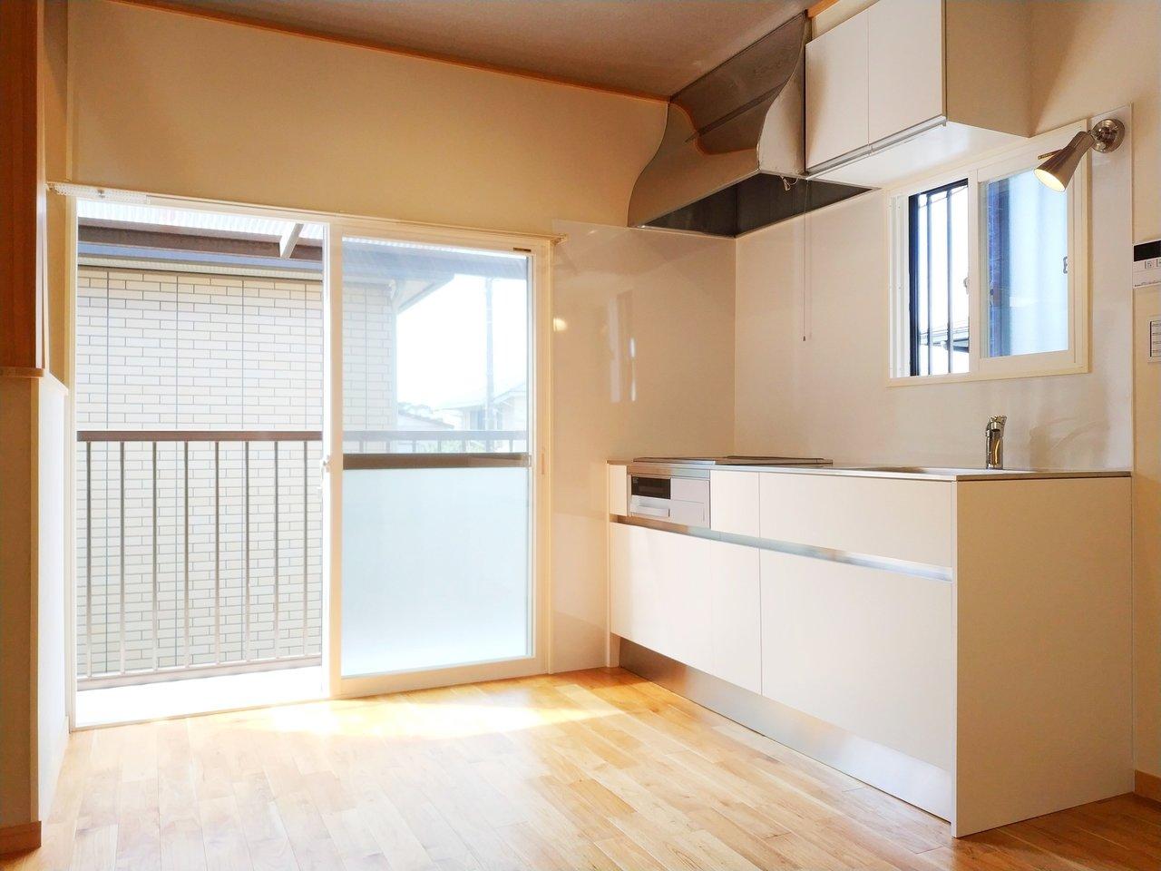 大きな窓のある明るいキッチン、いいですよね。デザインもシンプルでスタイリッシュ。