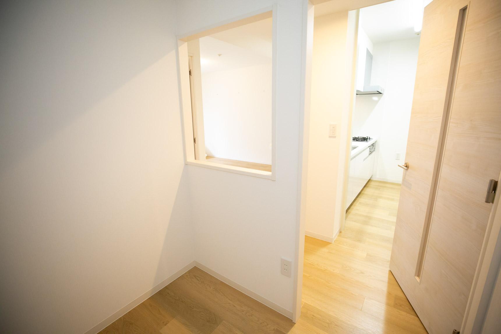 このスペース。キッチンとの動線的に、食材置き場のようにして使うととても便利なのでは!? と夢が膨らんでしまいました。憧れのパントリー……!