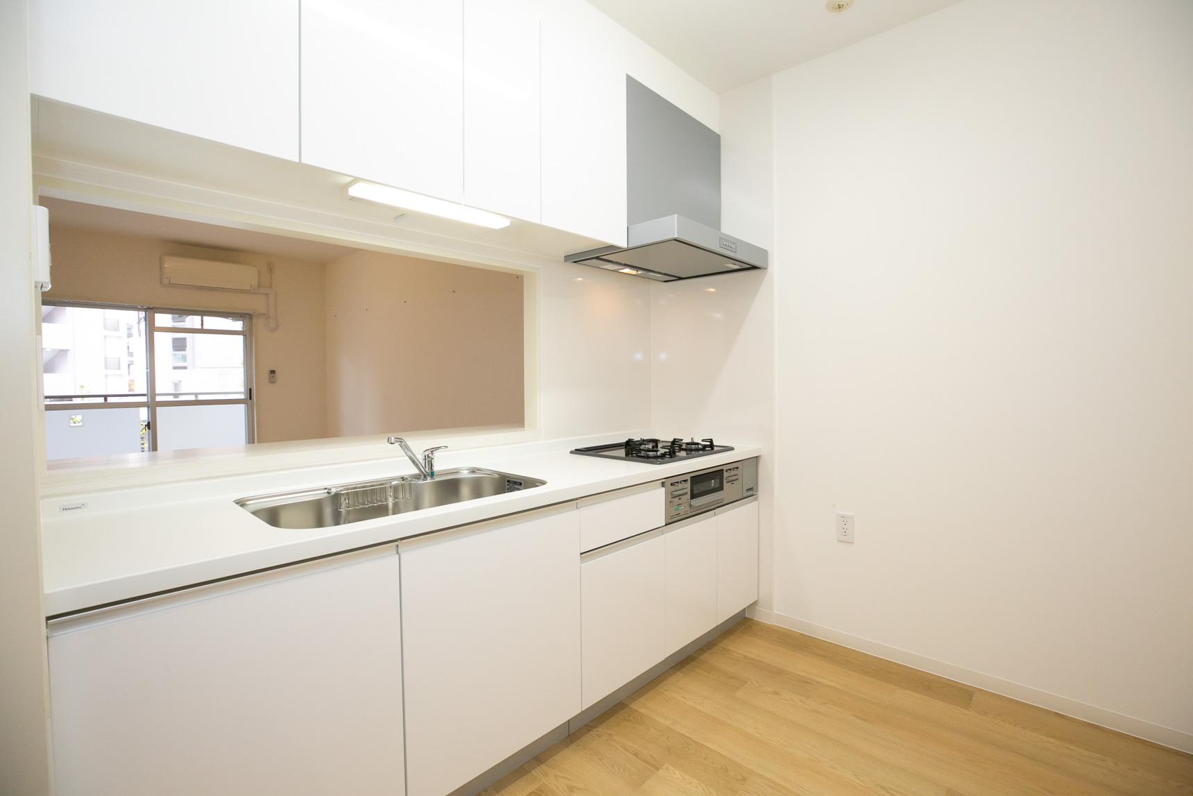 なんといっても、この贅沢なキッチンがポイントかな、と思いました。真っ白なデザインがいいですよね。