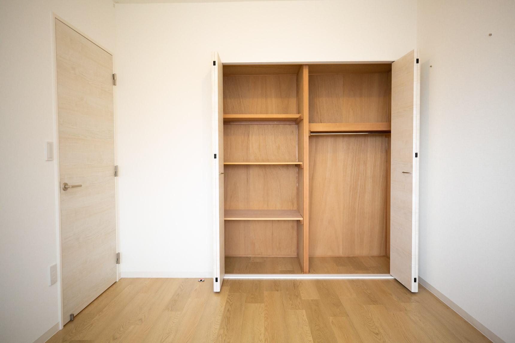 独立した個室がふた部屋。それぞれに奥行きのたっぷりとした収納がついているので、ふたり暮らしでも喧嘩せずに荷物を収納できそうです。