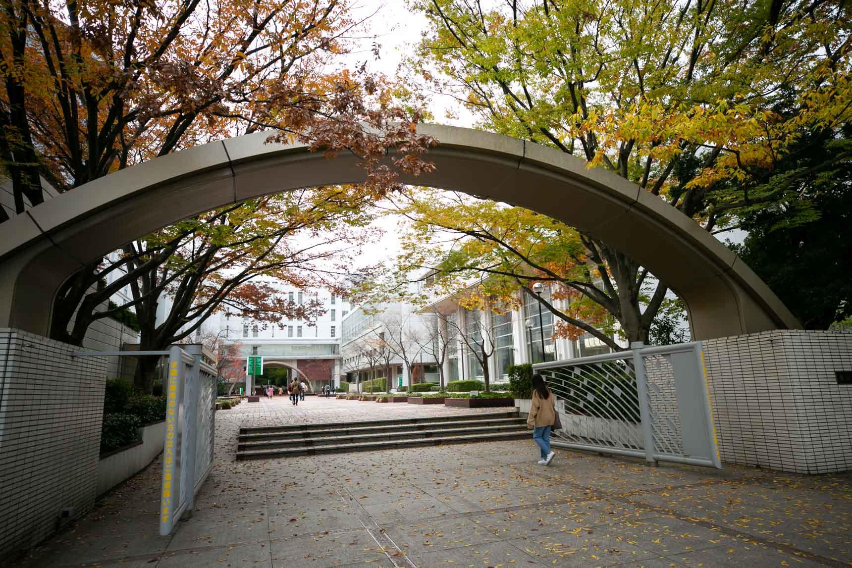 建物に向かう途中には、椙山女学園大学の星ヶ丘キャンパスがあります。朝から夕方まで、街を闊歩する女子学生さんたちでいっぱい。
