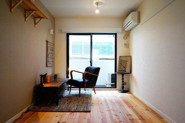 もしも住むなら、こんな風にインテリアを置きたいなぁ。しかも左上にある木製棚は、室内のいたるところに設置されています。こういうさりげなさが、「住みたい!」の気持ちを助長させてくれるのかもしれません。