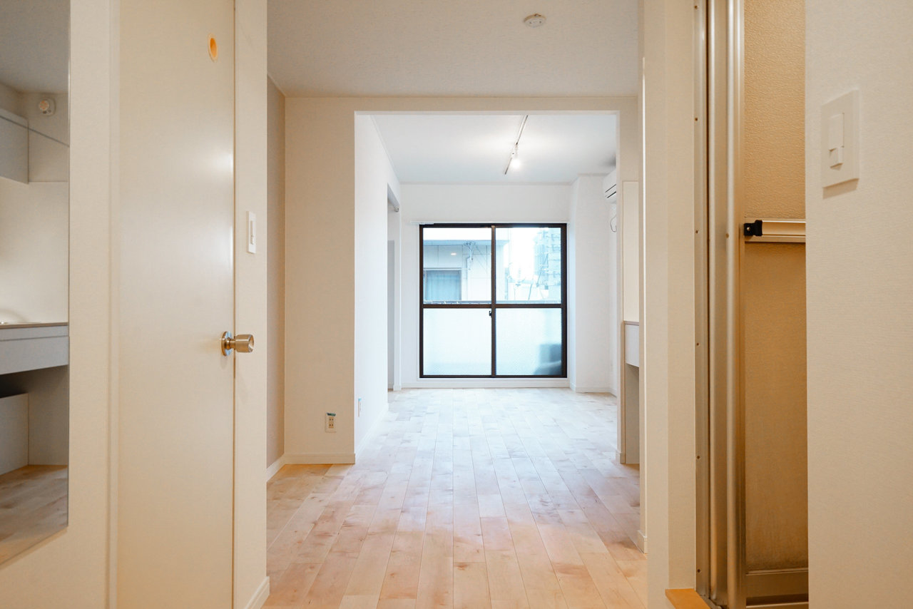 これが、玄関&キッチン側から見た時の風景。奥に続くは1DK。こうしてみると、仕切りがないのが、かえっていい感じ。