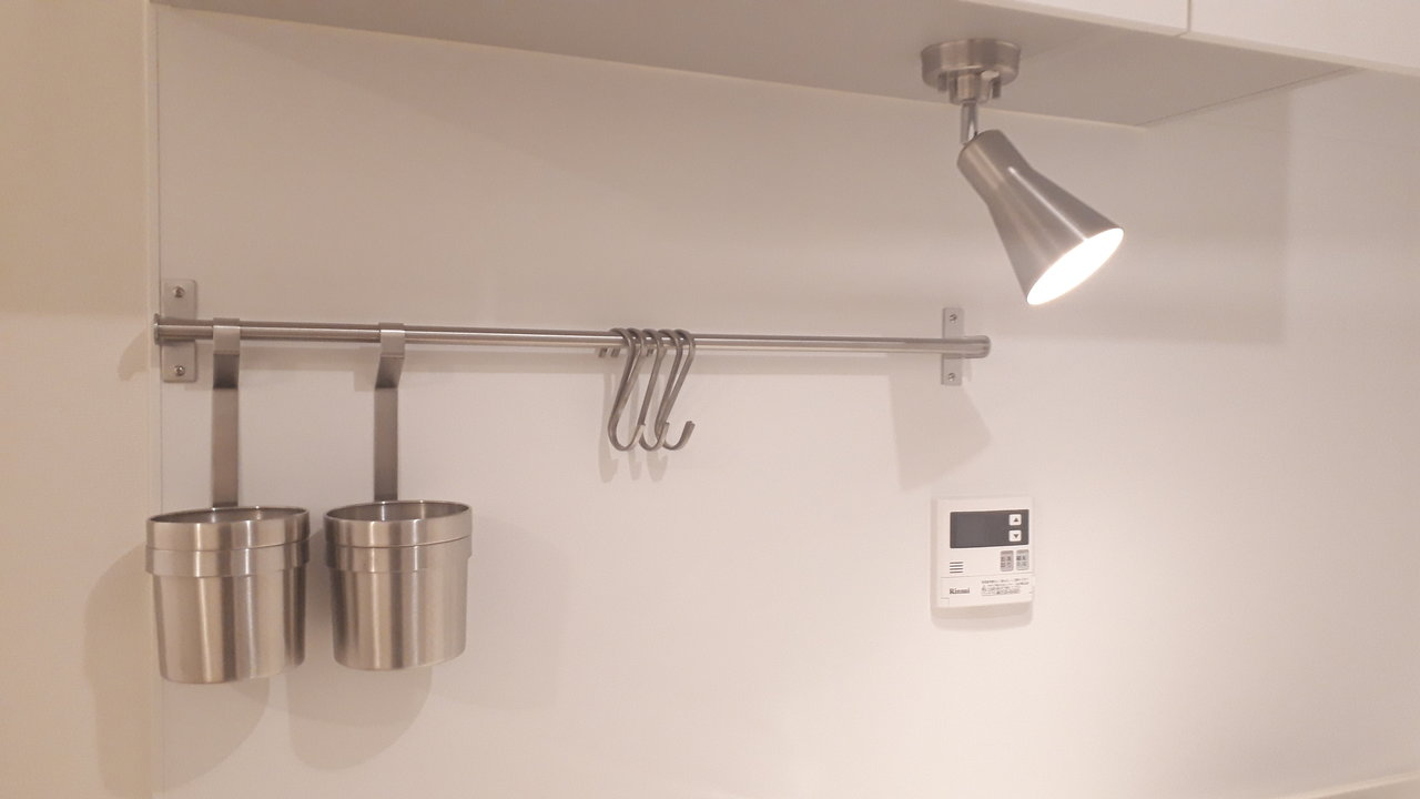 キッチンのシンクは、洗い物にも困らない、広々設計。二口コンロで、まな板を置けるスペースもきちんと確保しているので、料理もしやすいです。キッチン上にはおしゃれなステンレスの壁掛けが。調理器具を置いたりすれば、いつまでもすっきりとしたキッチンのままでいられますね。