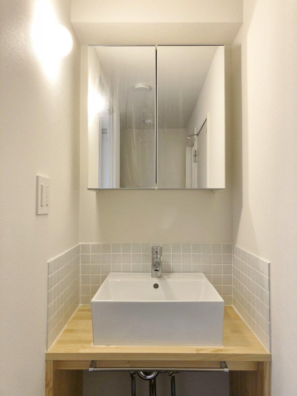 個人的にうれしいのは、この洗面台。薄いブルーのタイルで囲まれています。一見狭そうに見えますが、壁と洗面ボウルの間に物がいろいろ置けるので、収納には困らなそう。かわいい歯ブラシ立てや、なかなか使っていなかったハンドソープや石けんを置いてもいいなぁ。