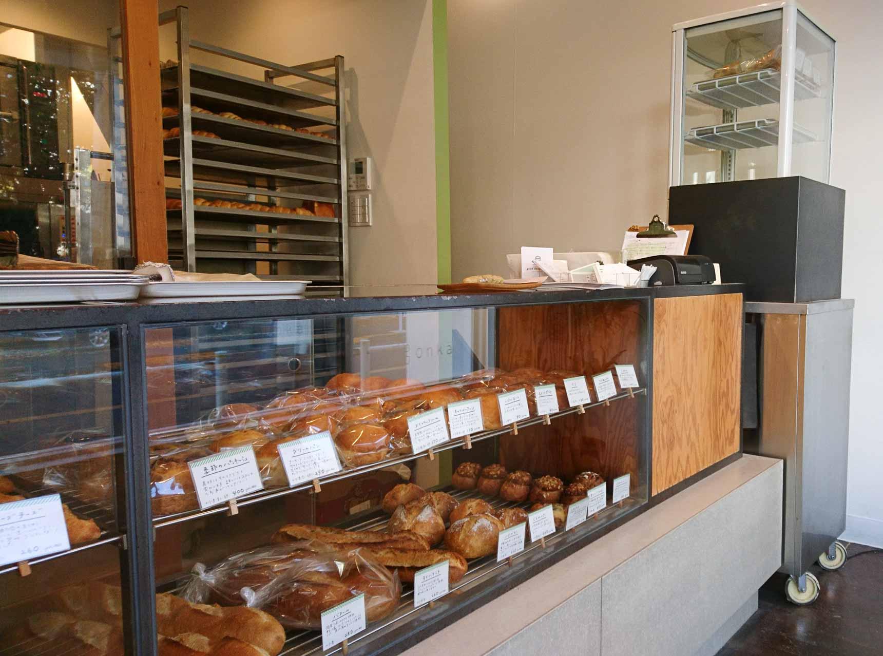 小さな店内ですが、ショーケースの中に焼きたてのパンがずらり。