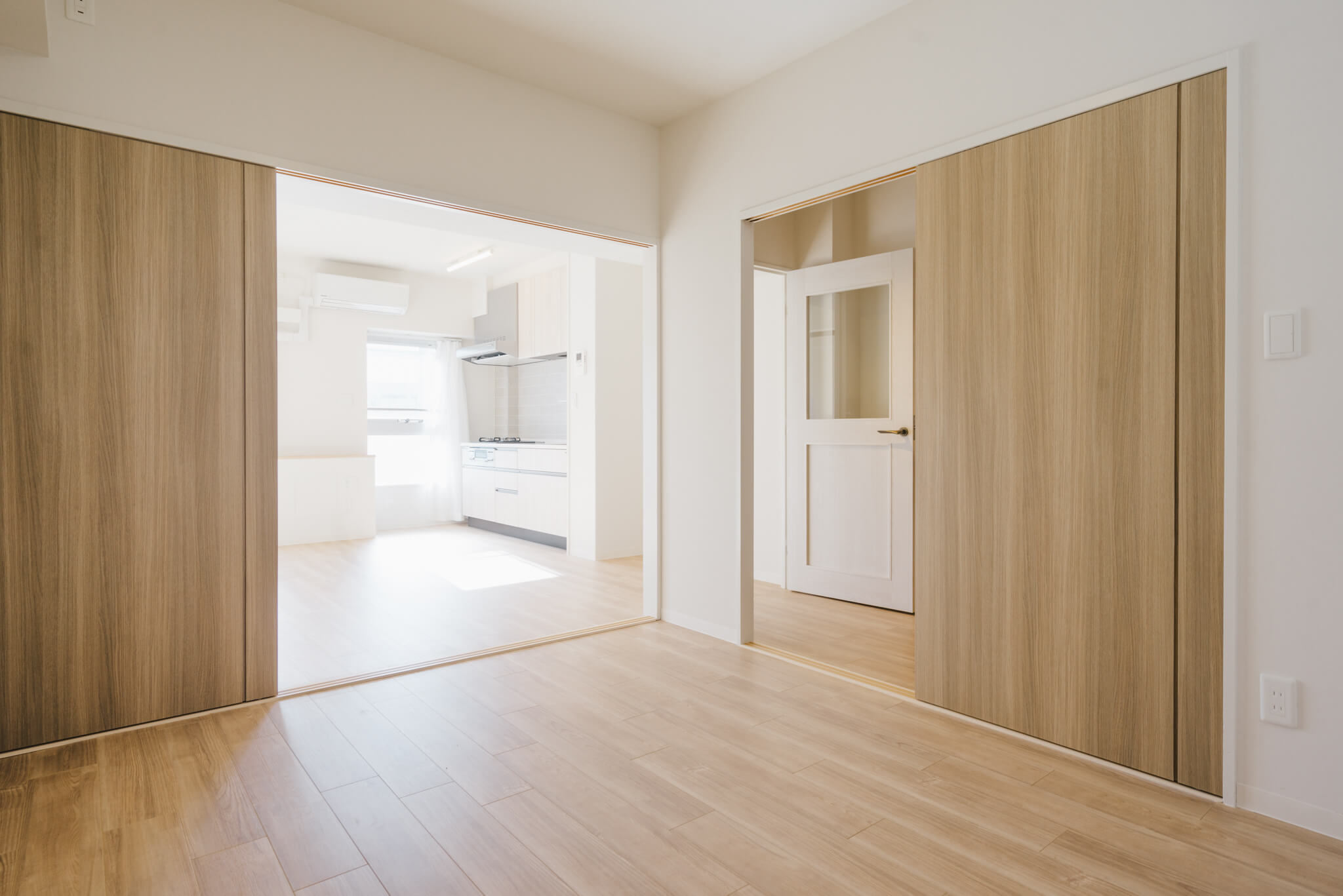 奥には、4.5畳の和室をフローリング化したベッドルームがあります。引き戸を開けたまま使うとワンルームのような開放感もあり、いろんな家具配置が楽しめそう。