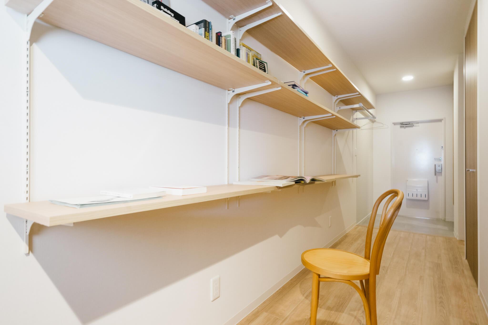 つづいて廊下には、ハンガーバーや棚板のセットされたオープン収納が。棚板の位置を自分好みに変えて楽しむこともできますよ。
