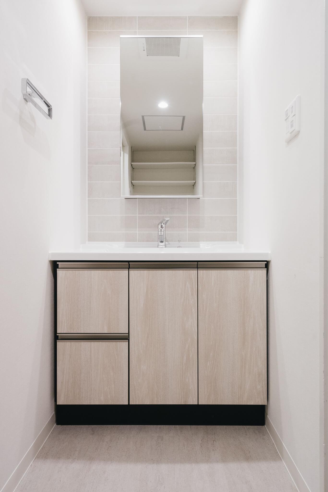 シンプルでスタイリッシュな洗面台。タイルはキッチンと同じものが使われていて、とても高級感があります。