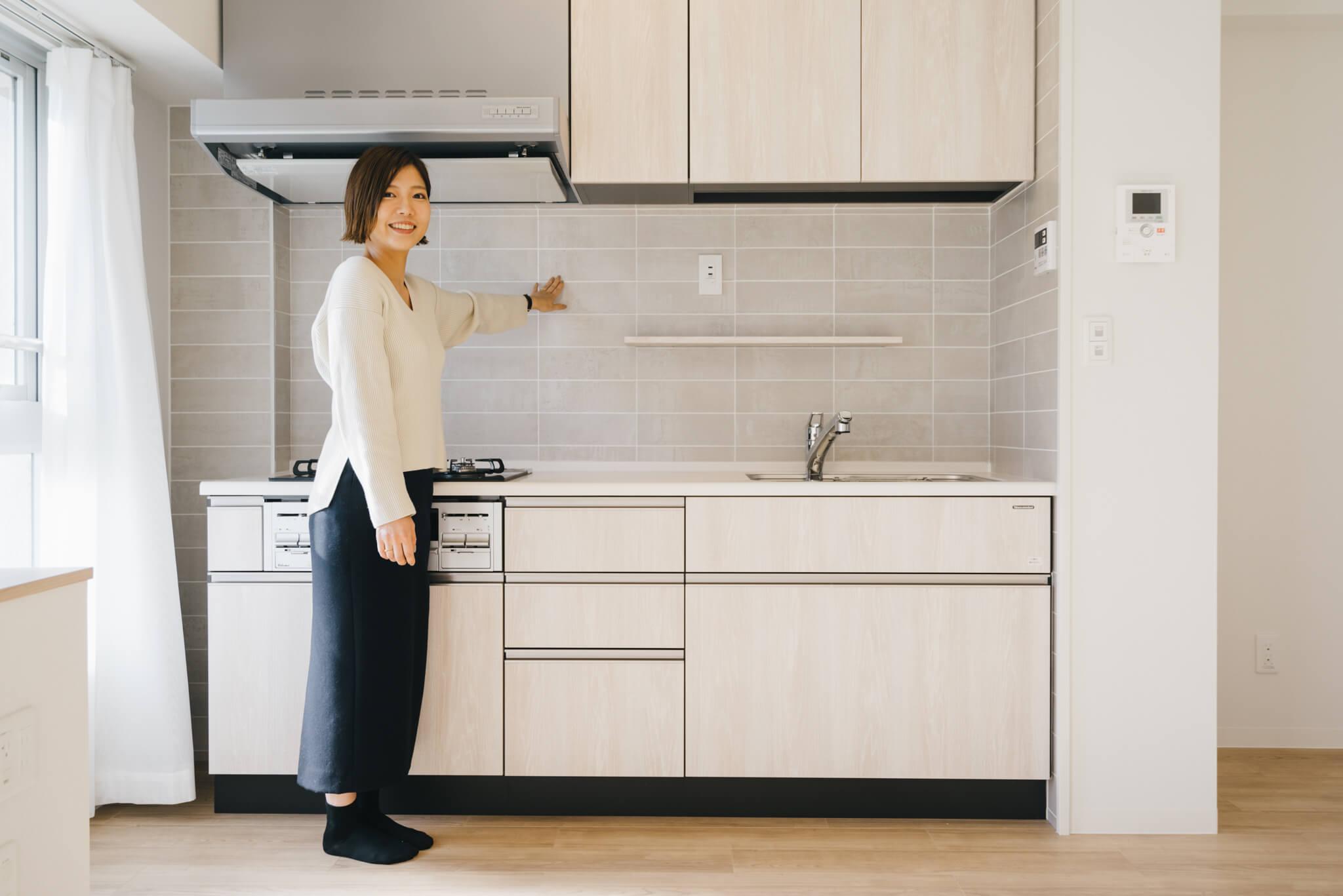 「特に、キッチンのタイルがポイントです」と宇都宮さん。ひとつずつ色味や風合いが異なる本物のタイルで、部屋全体の雰囲気にもよく似合っています。