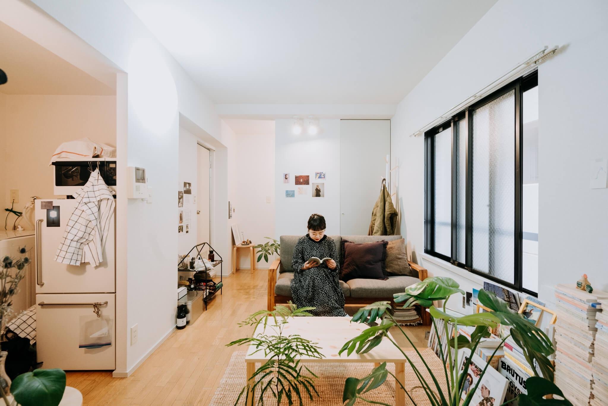 グリーンと木のぬくもりのある家具で、友達の集まる部屋をつくる