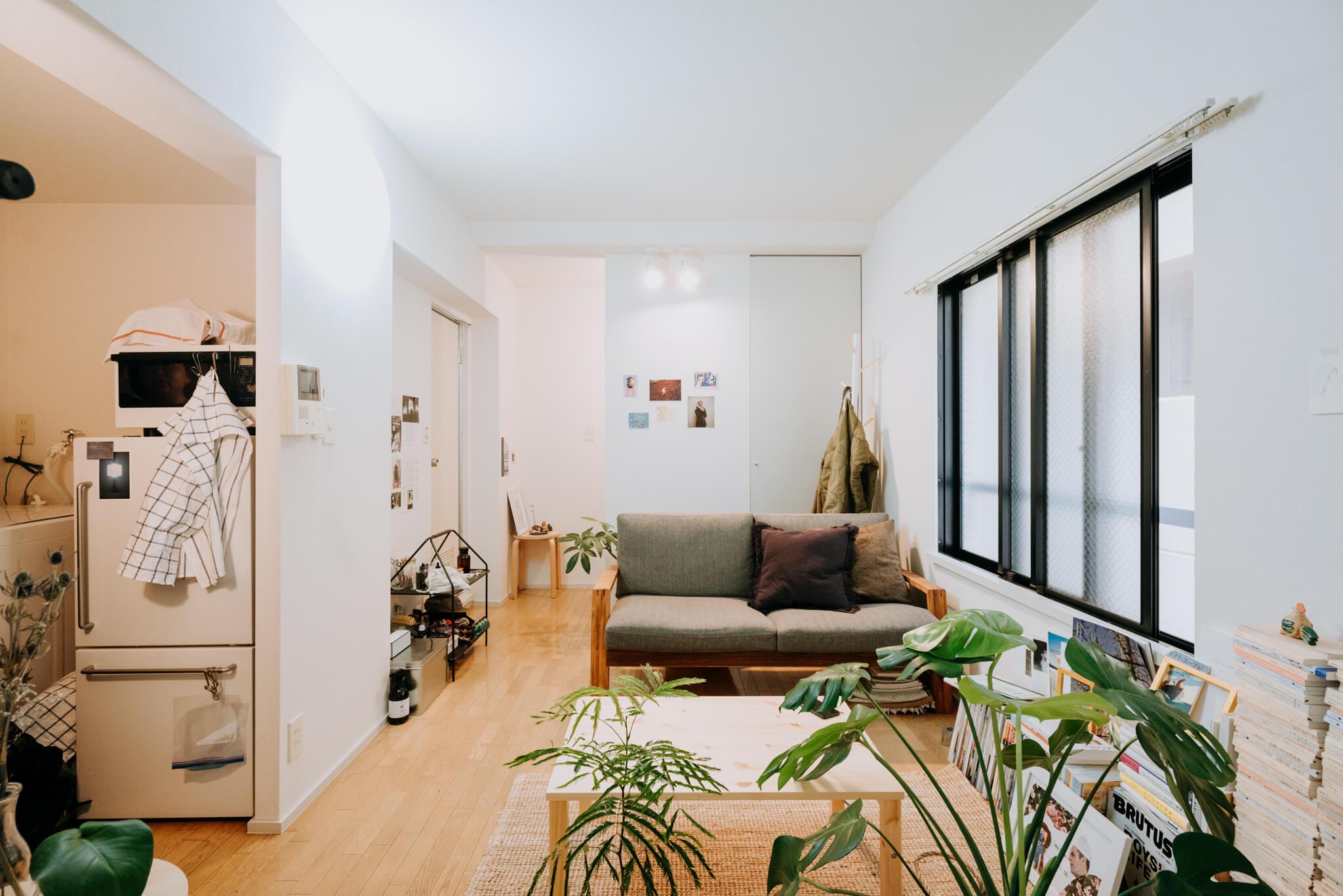 写真左側に、キッチンとお風呂がまとまっている、ちょっと珍しい間取りのワンルームのお部屋です。窓もたくさんあって明るい。