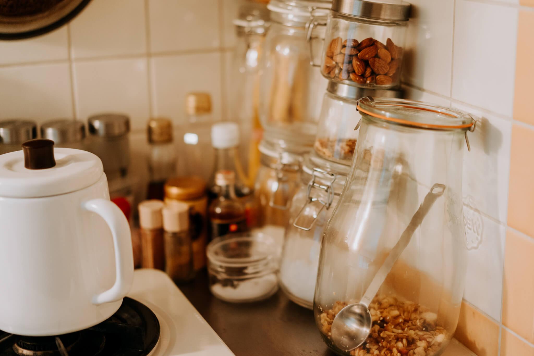 食材は、中身が見やすいガラス瓶に入れ替えて。
