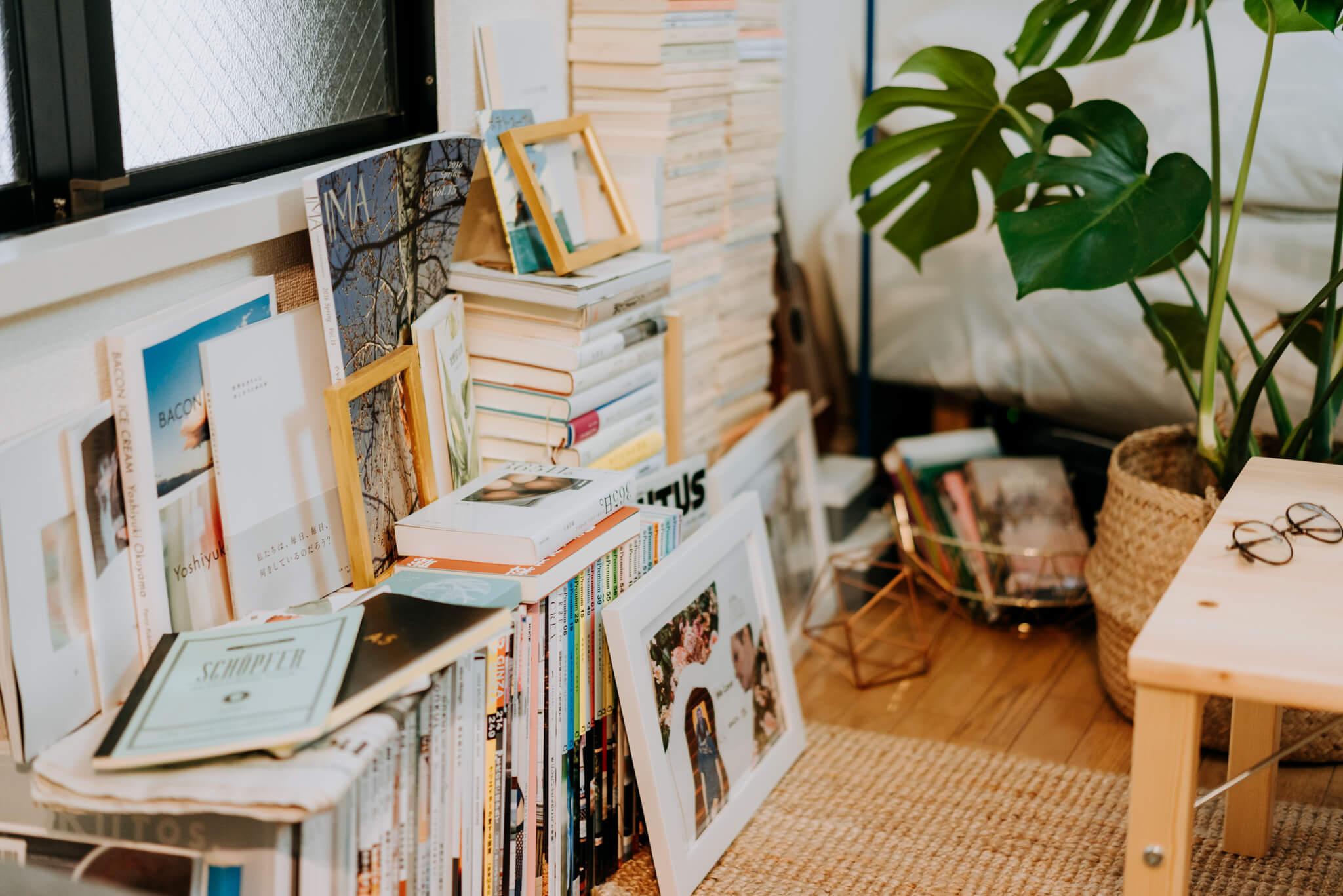 お部屋にはテレビもパソコンもなく、その代わりに本屋さんによく行って、文庫本を買ってくるそう。収納棚はあえておかず、ざっくり重ねてあるだけですが、バランスが見事。なんとも絵になってますね。