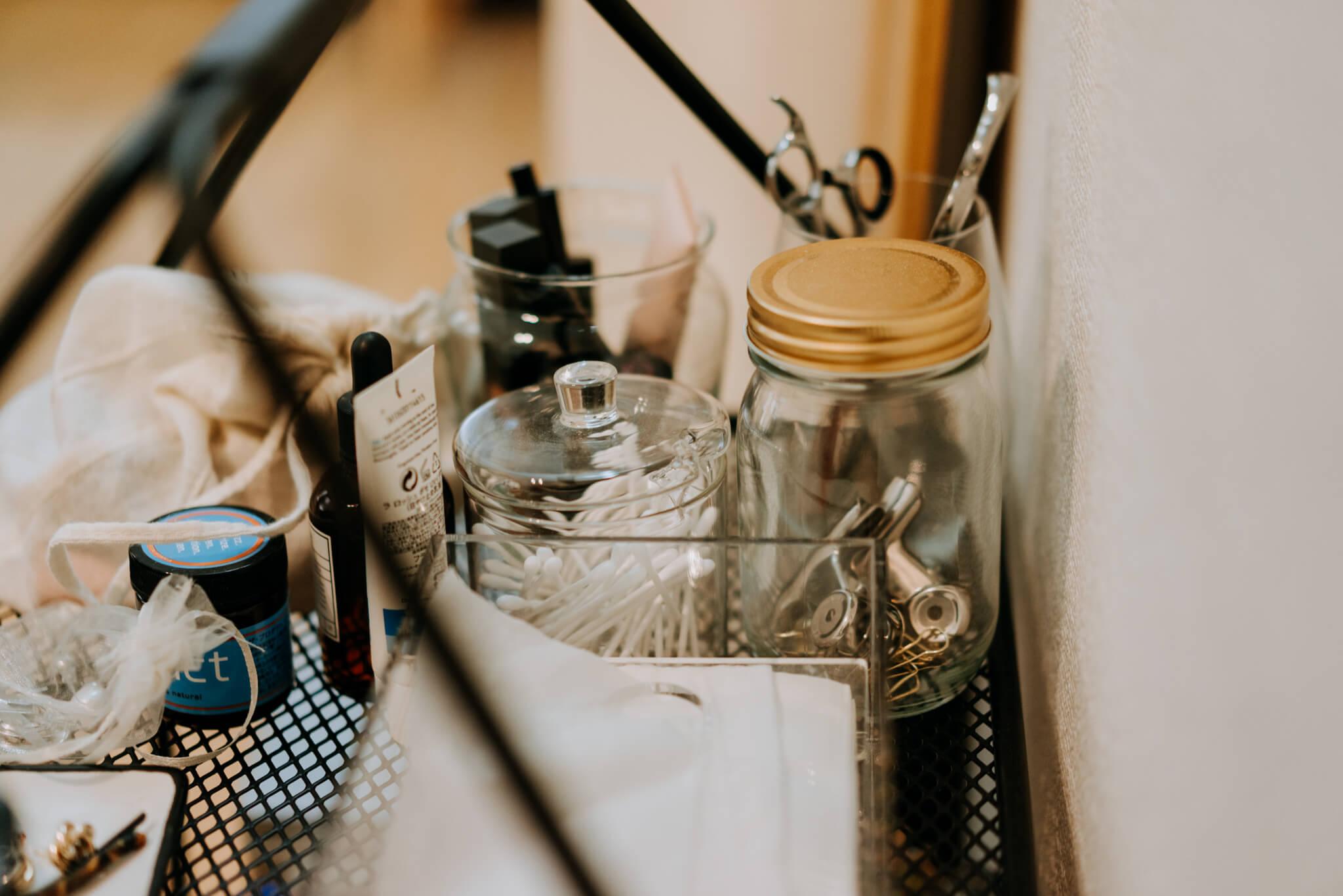 メイクのアイテムやクリップなど文房具も、プラスチックのパッケージのままではなく、ガラスの瓶に入れ変えられているので、何かのコレクションのよう。見せ方がとても上手です。