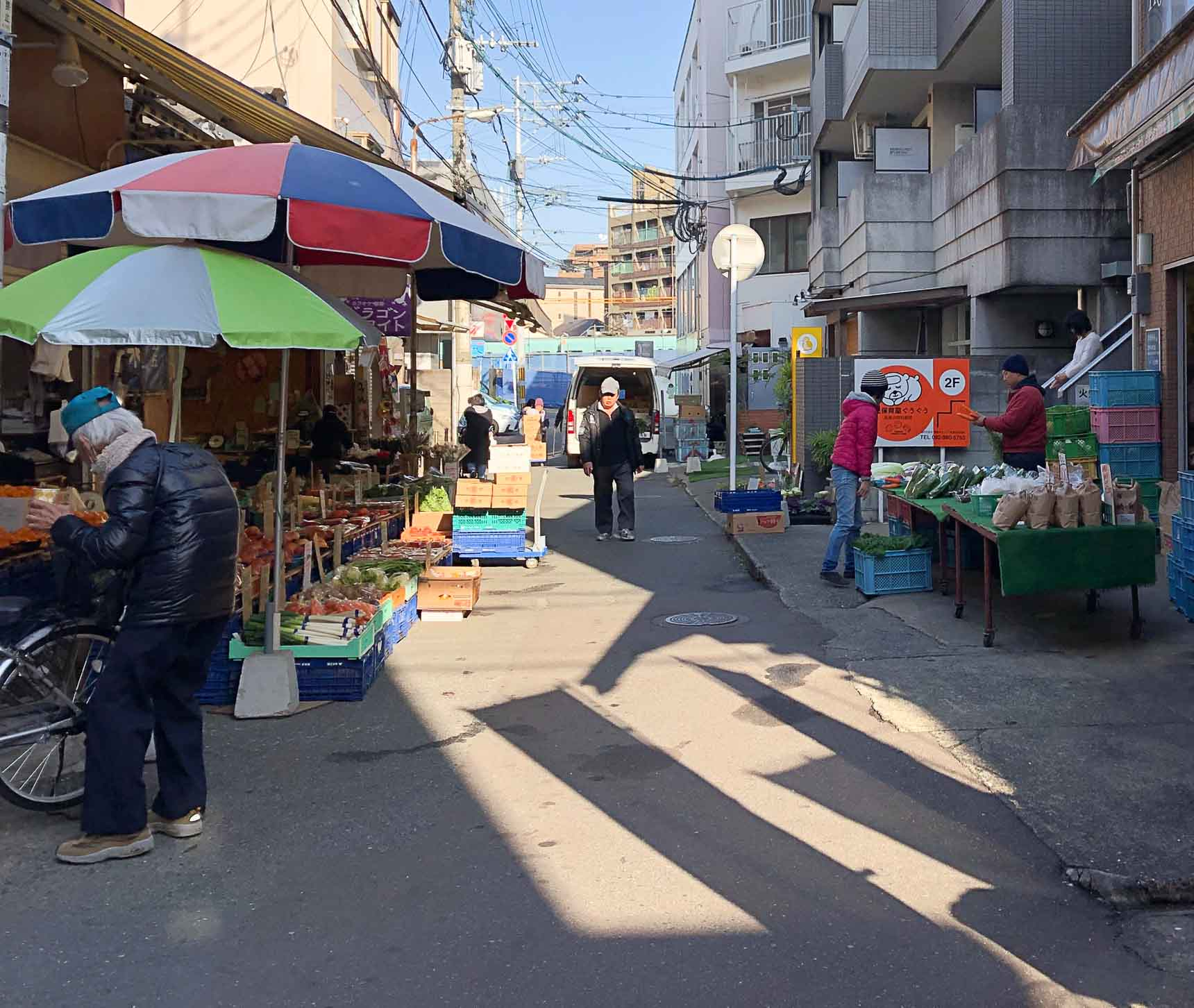 シャッターの降りたお店もありますが、八百屋さんや鮮魚店など生鮮食品のお店は現在も活気があり、安く食材が手に入るのが嬉しい。居酒屋など渋い飲食店もあります。