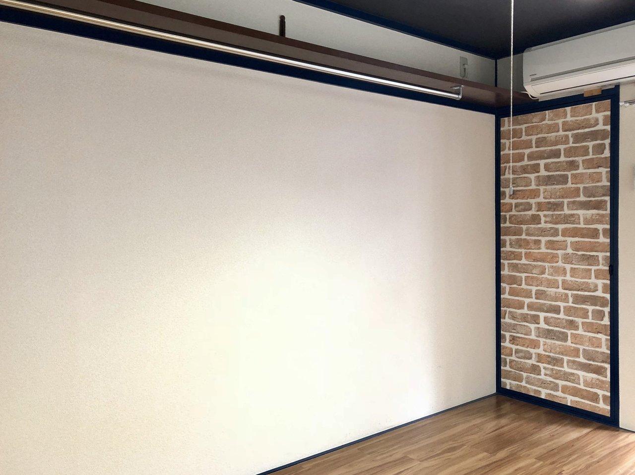 壁には長いハンガーパイプがつけられているので、アイディア次第で良い収納スペースになりそう。