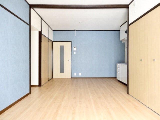 広い!12畳のLDKです。これ以外に、お部屋が2つもあります。