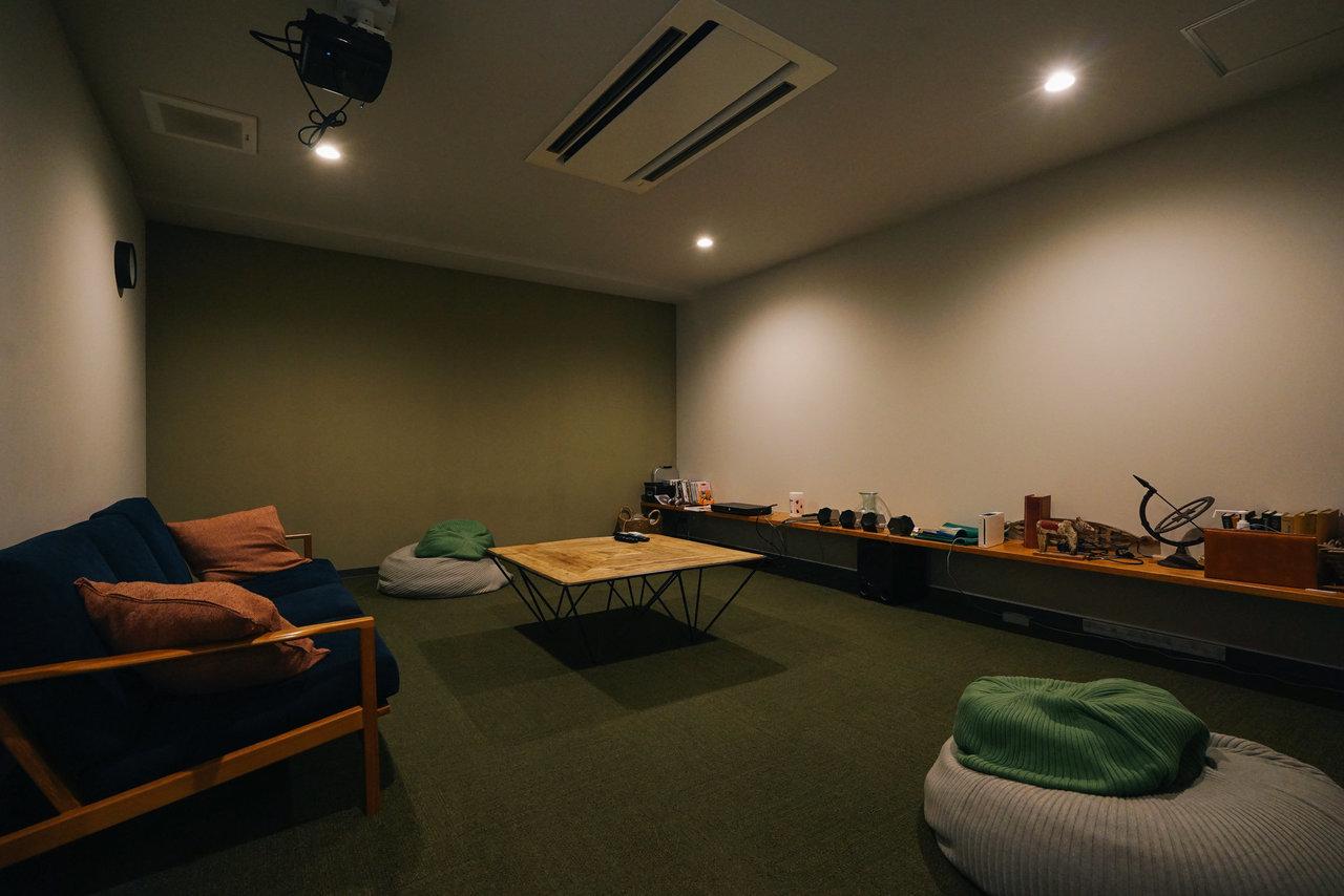 個室以外にもくつろげるシアタールームやライブラリー、スタディールームもあり。