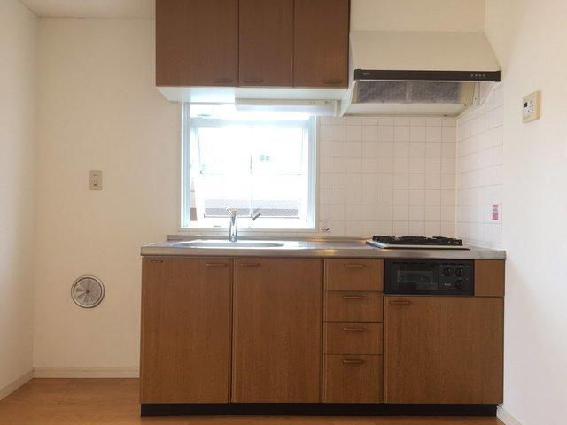 タイル貼り、ブラウンのキッチンがおしゃれ。