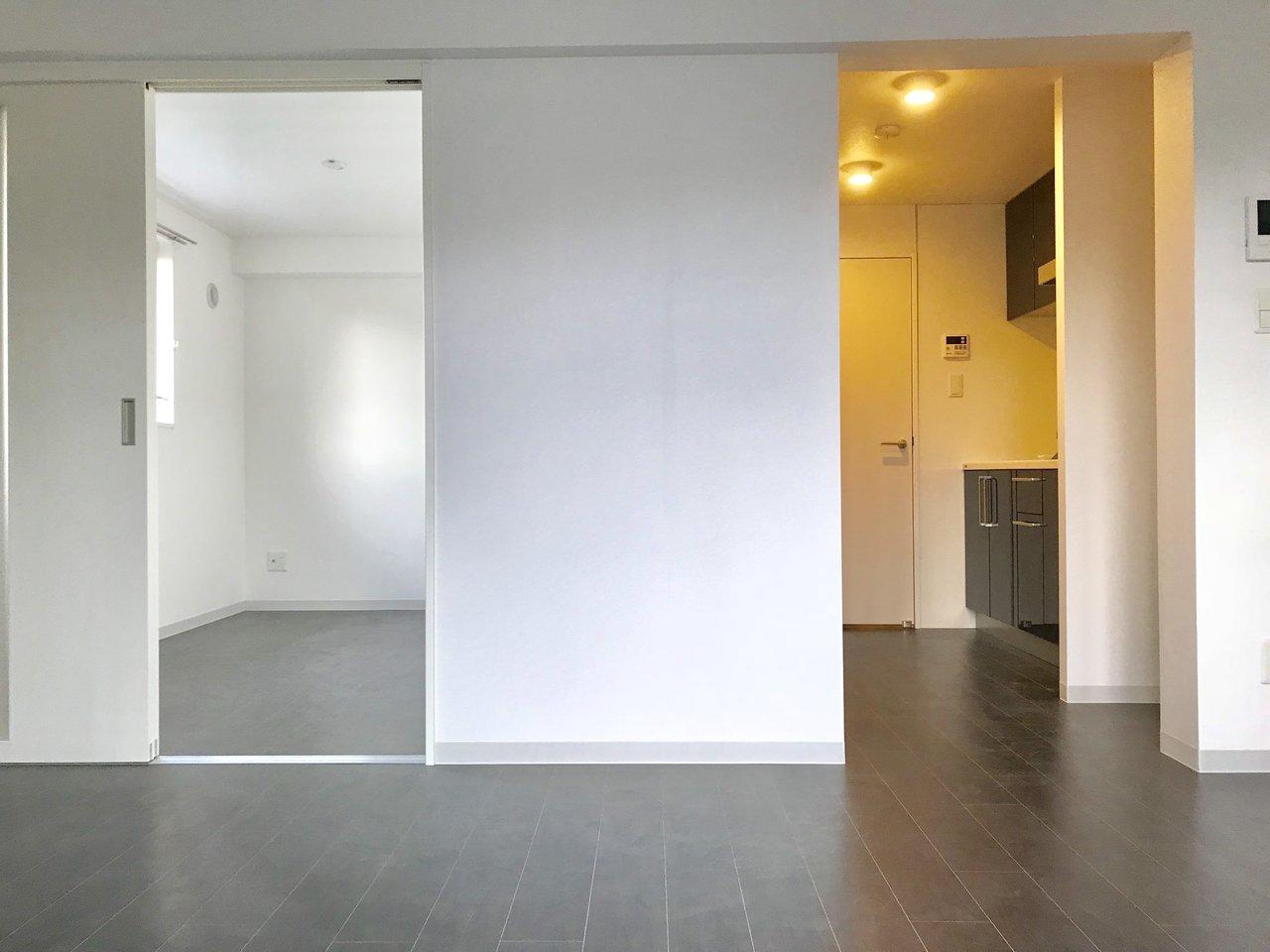 モノトーンでメリハリの効いた内装がかっこいいお部屋