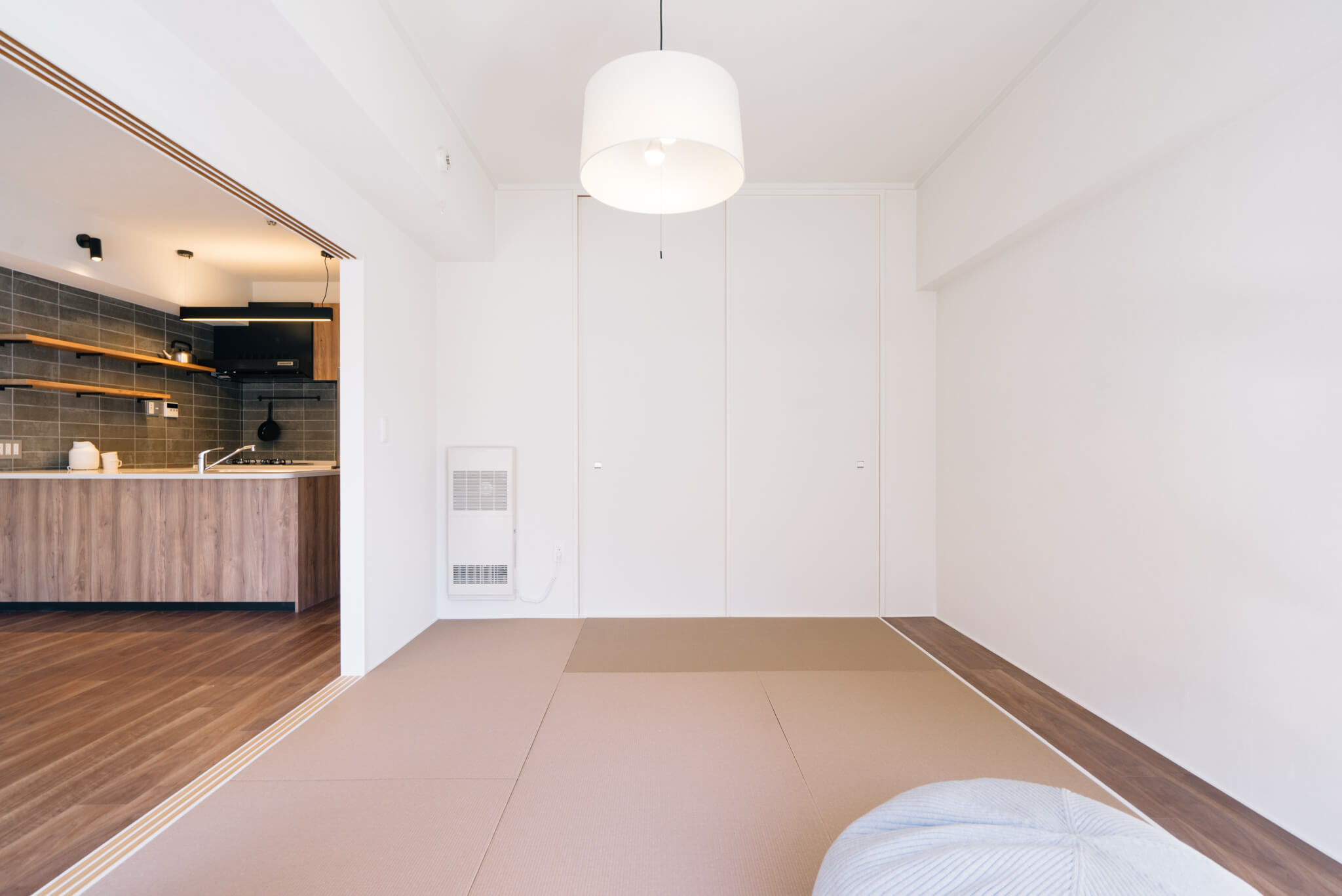 ダイニングキッチンの横には、お手入れが楽な和紙畳を使用した和室が。