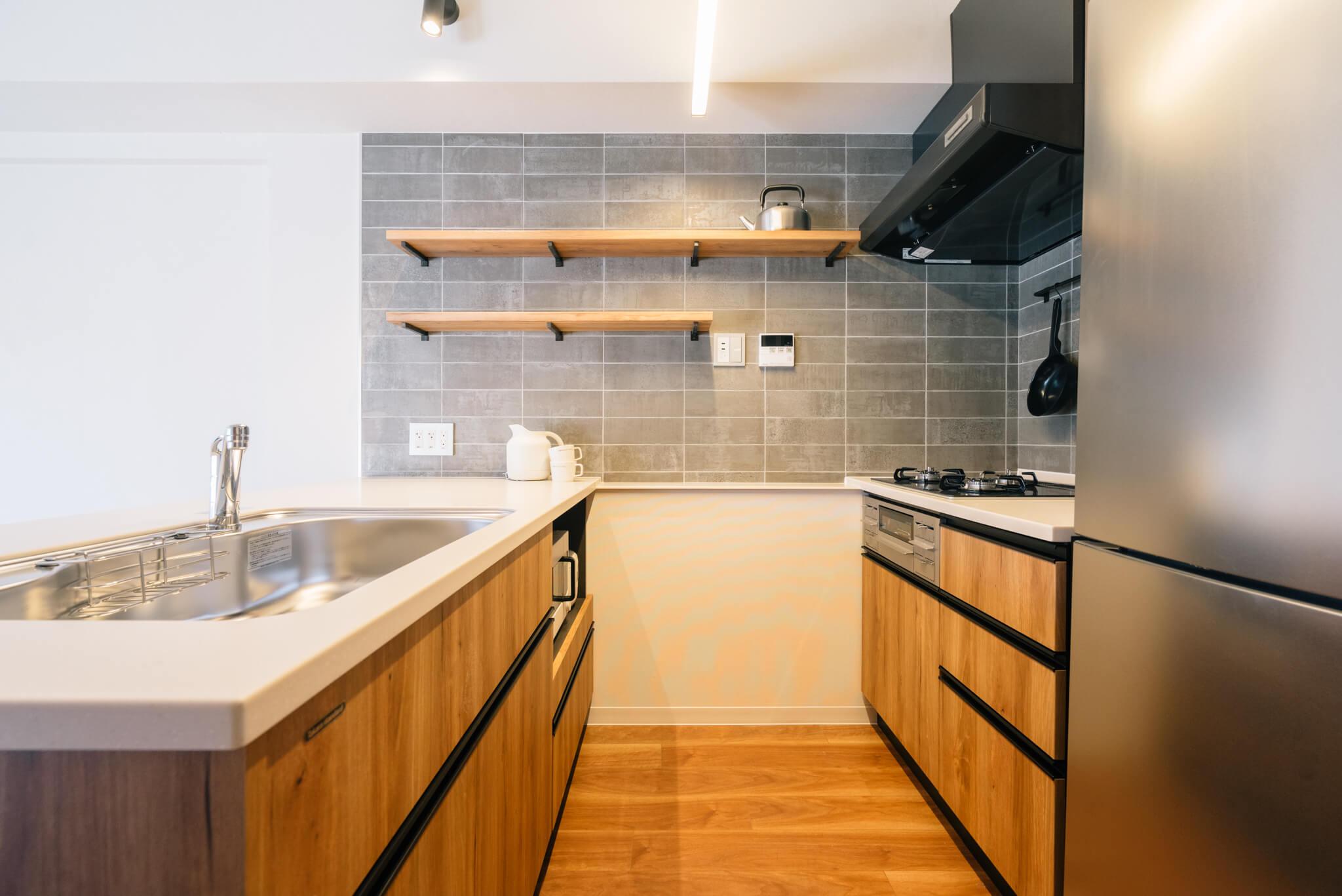 2列型キッチンで、作業スペースやシンクも広々。3口のガスコンロにグリルつきと、デザインが良いだけでなく設備も整っているのが素晴らしいです。