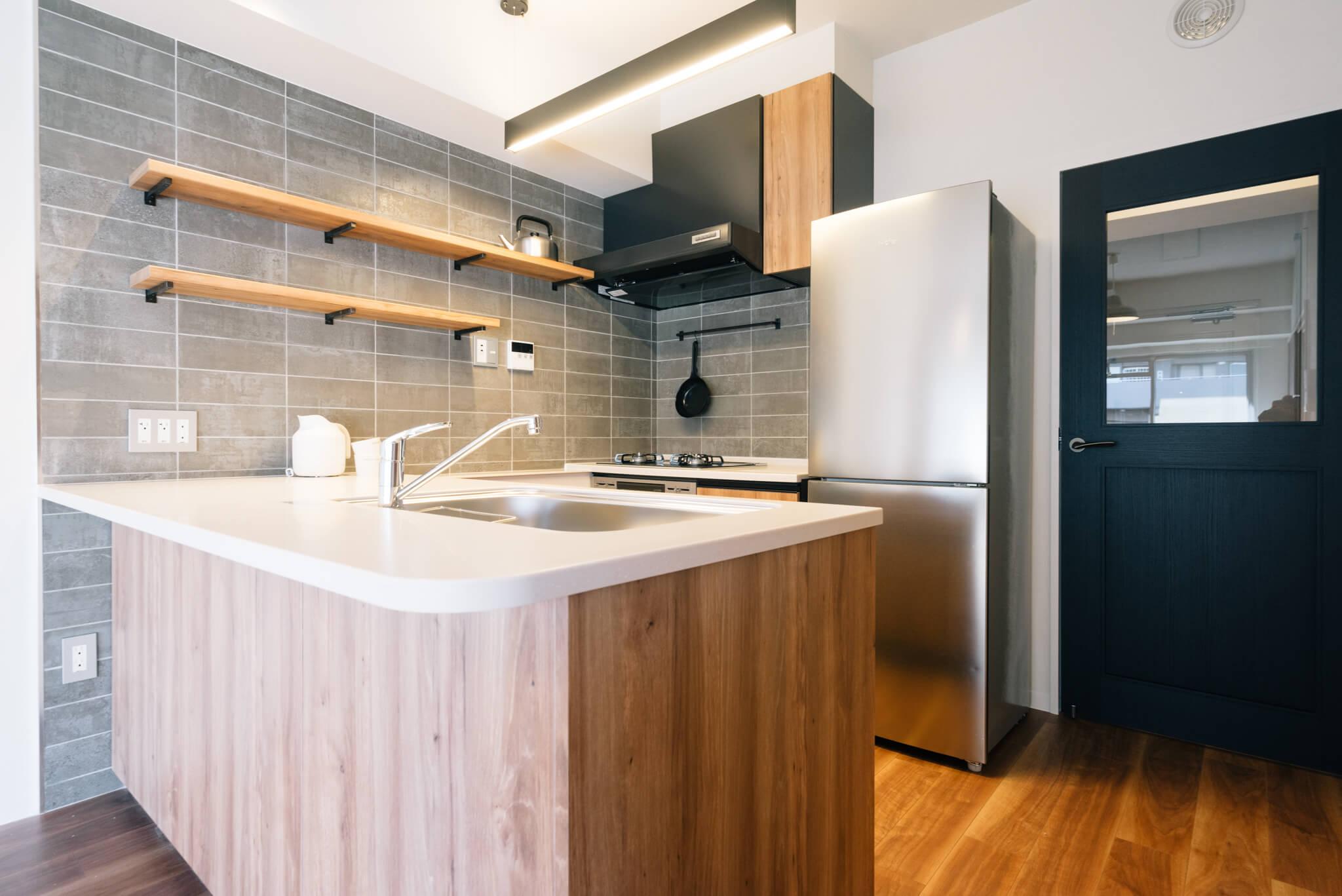 このキッチンが羨ましい。樹々に囲まれた世田谷の団地「経堂赤堤通り」で始める、ゆとりのある暮らし