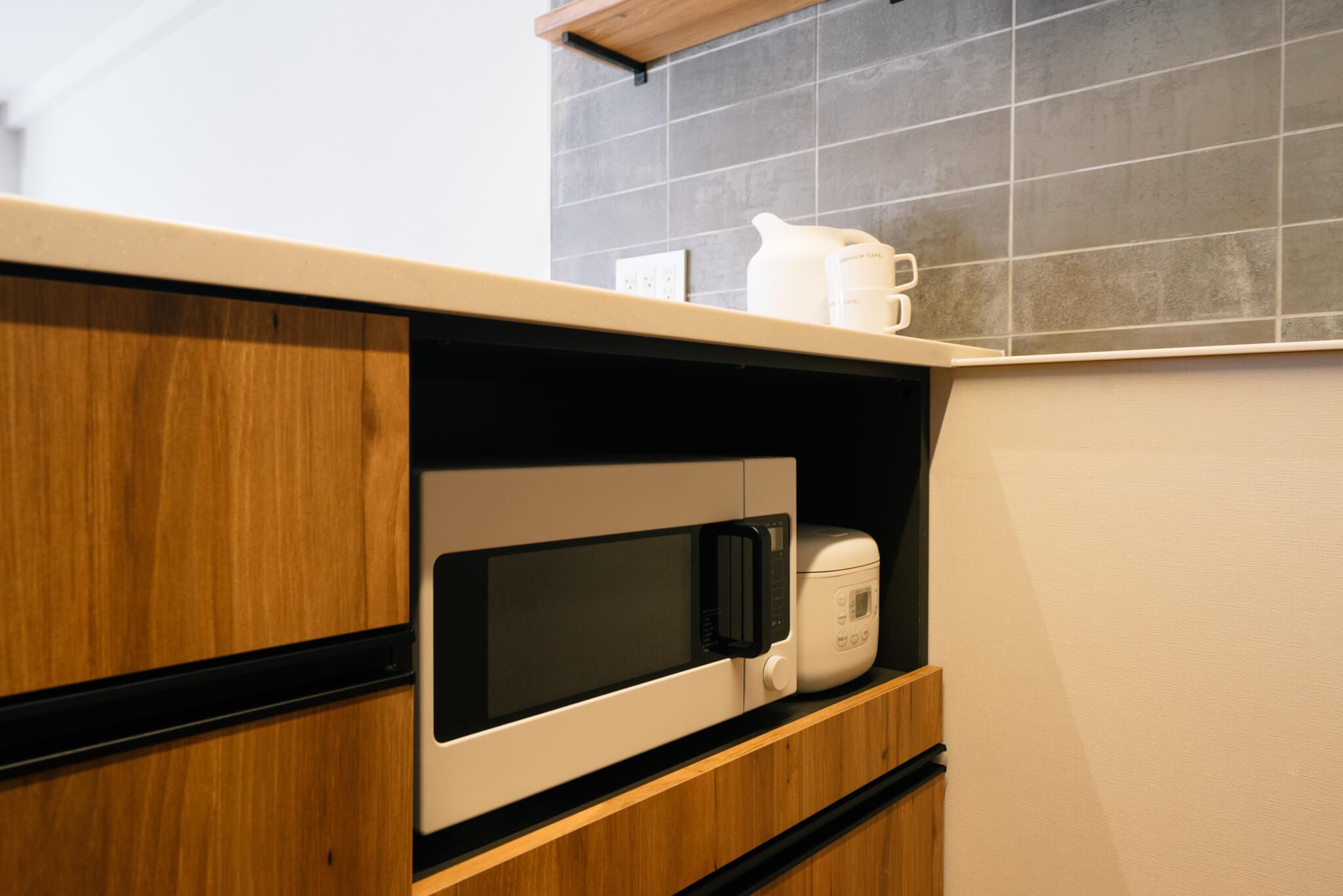 感心してしまったのは、レンジや炊飯器などをしまうスペースもしっかり考えられているところ。手前に引き出して使うこともできます。